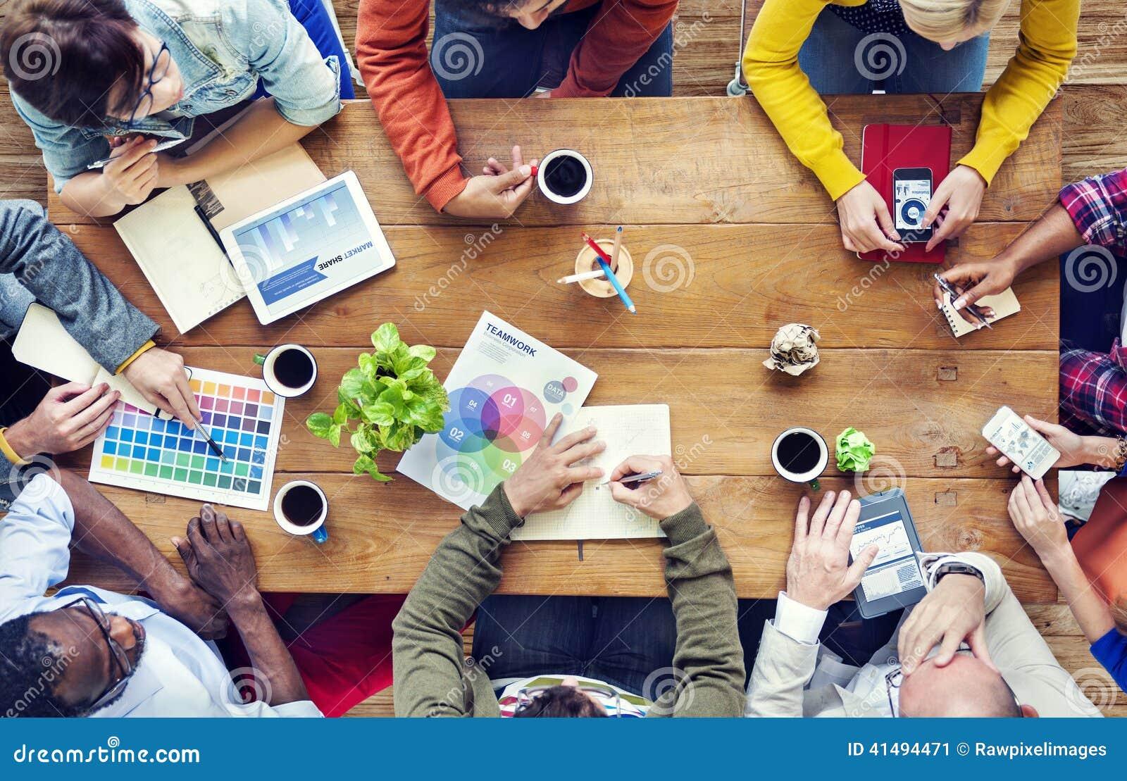 Groupe de concepteurs multi-ethniques faisant un brainstorm