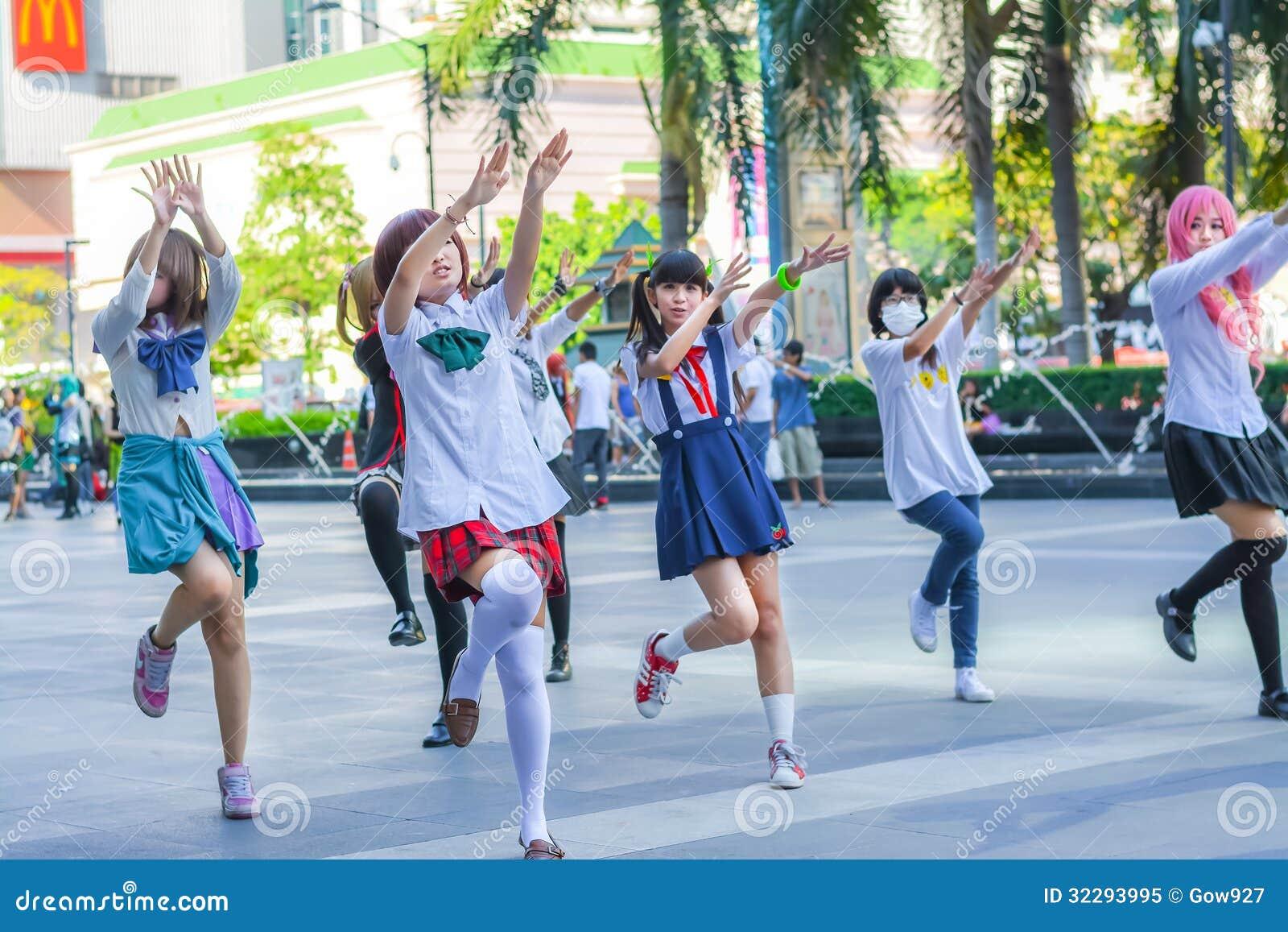 Groupe de cosplayers thaïlandais dansant comme des filles de couverture pour l exposition publique