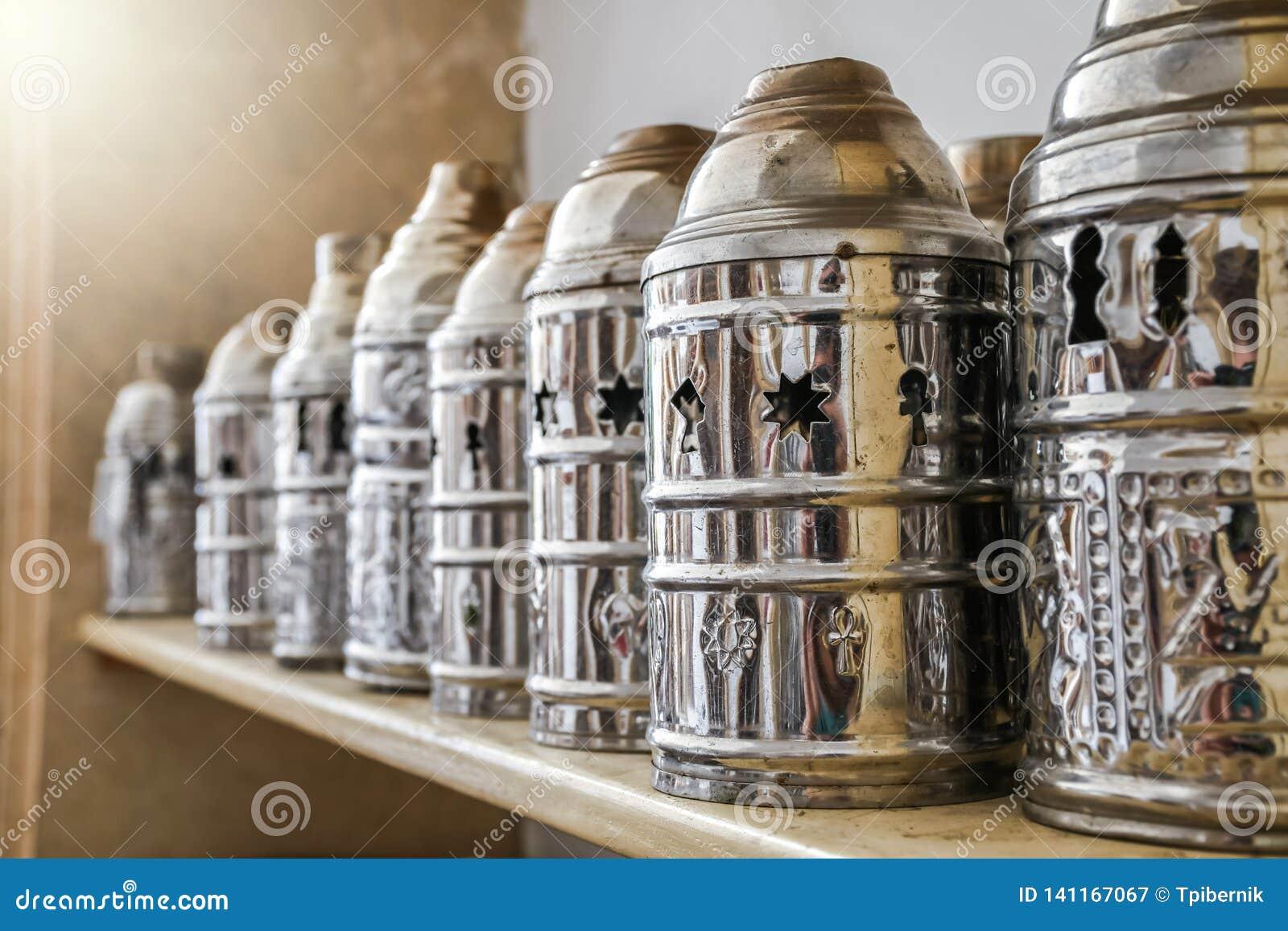 Groupe de couverture de tuyau de shisha en métal sur l étagère pour le tabac brûlant de charbon de bois