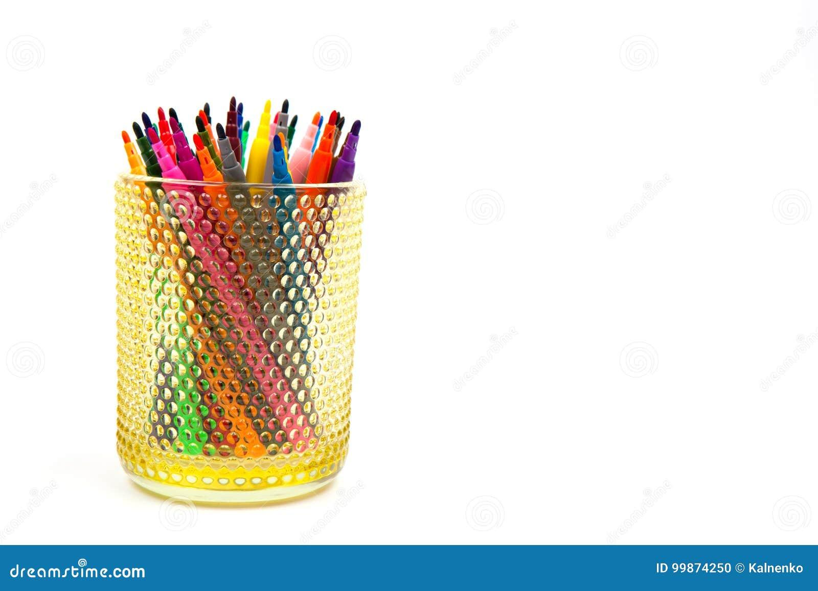 Groupe De Crayons Feutre De Couleur Dans Un Verre Fond Blanc Photo