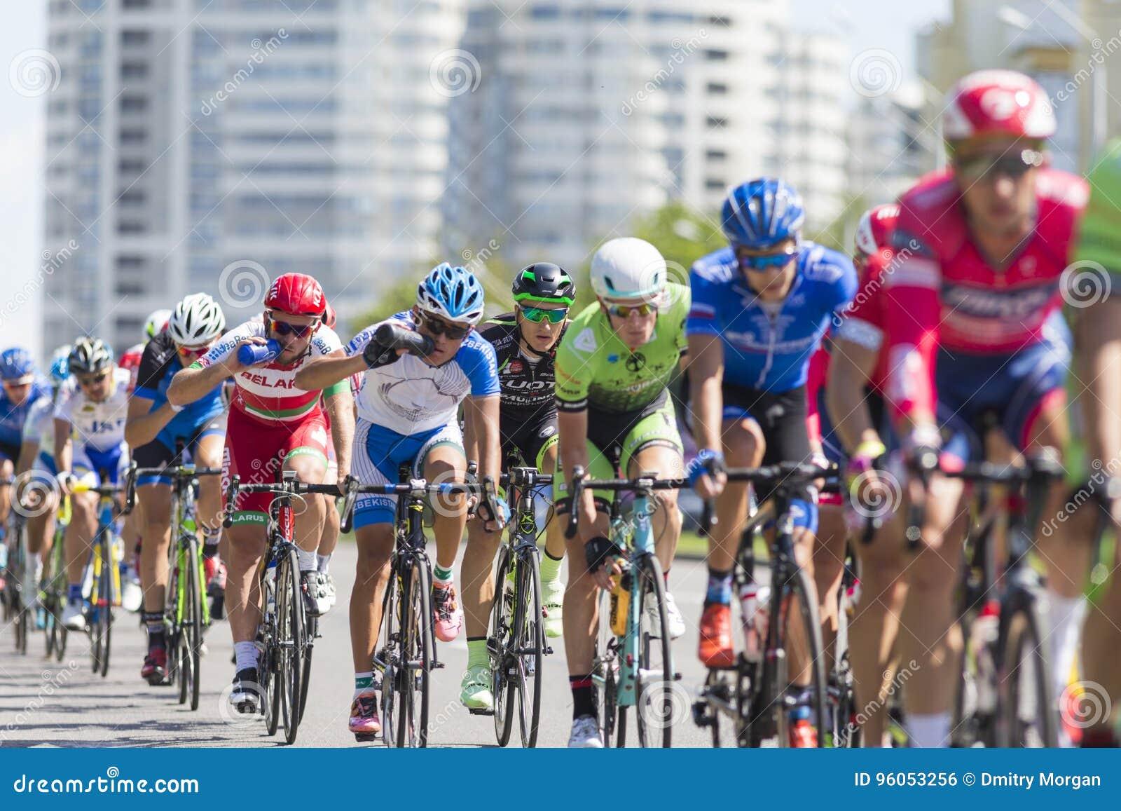 Groupe de cyclistes de route de la jeunesse dans le Peloton professionnel pendant la concurrence de recyclage Grand prix Minsk-20