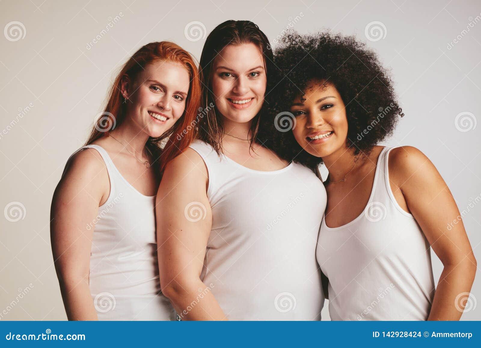 Groupe de différentes femmes de taille dans le dessus de réservoir blanc