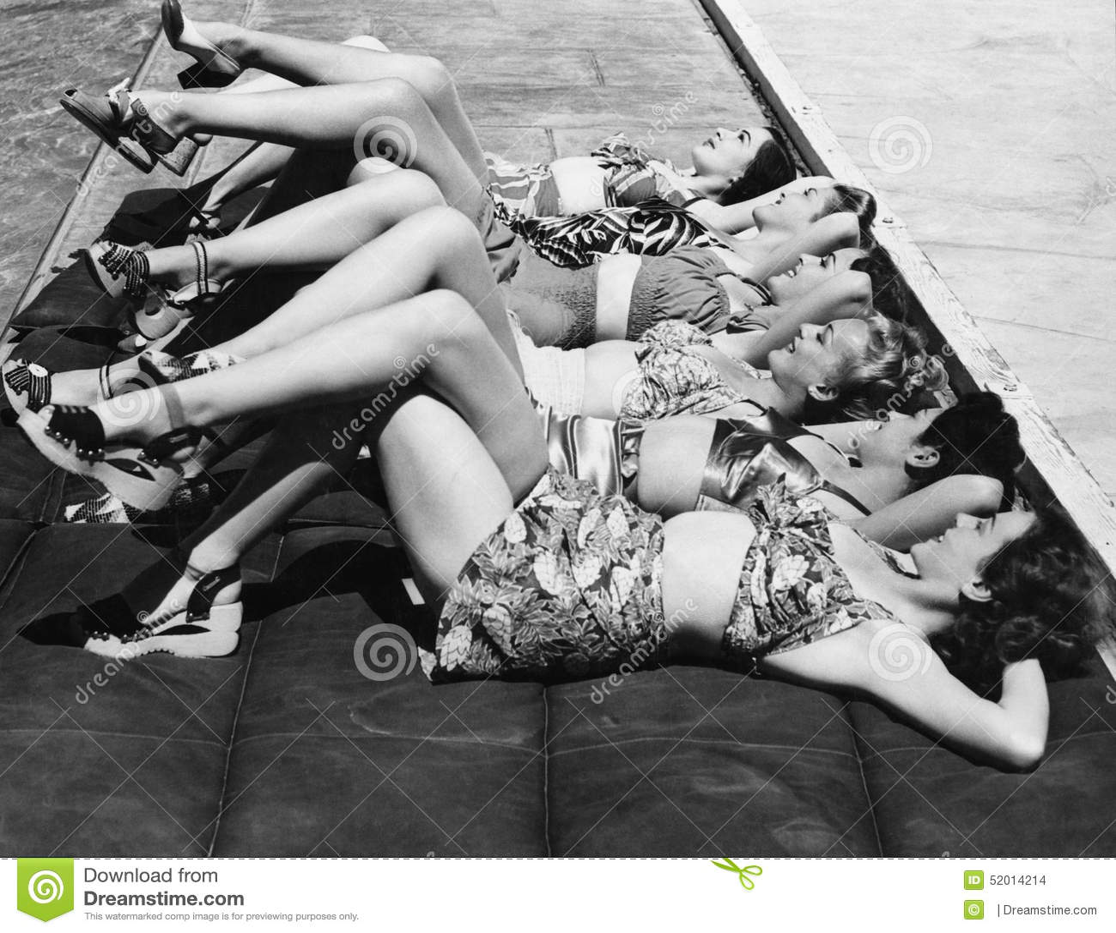 Groupe de femmes détendant dans une rangée ensemble (toutes les personnes représentées ne sont pas plus long vivantes et aucun do