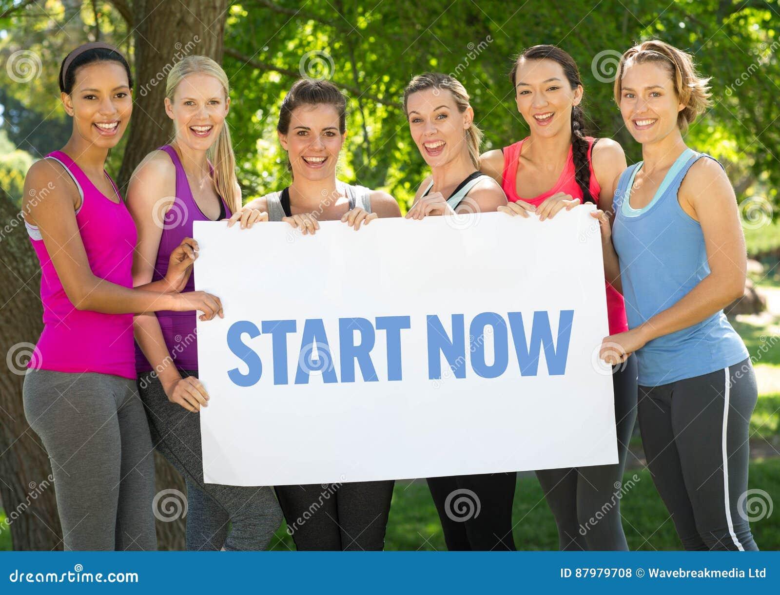 Groupe de femmes heureuses tenant la plaquette avec le début des textes maintenant
