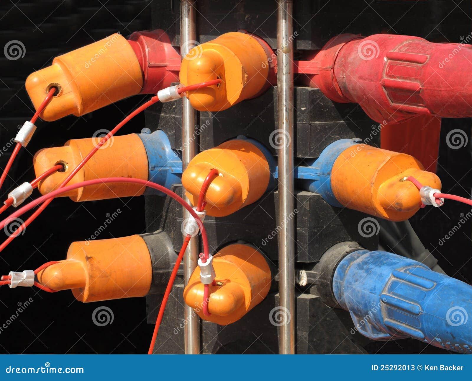 Groupe de fiches et de capuchons électriques.