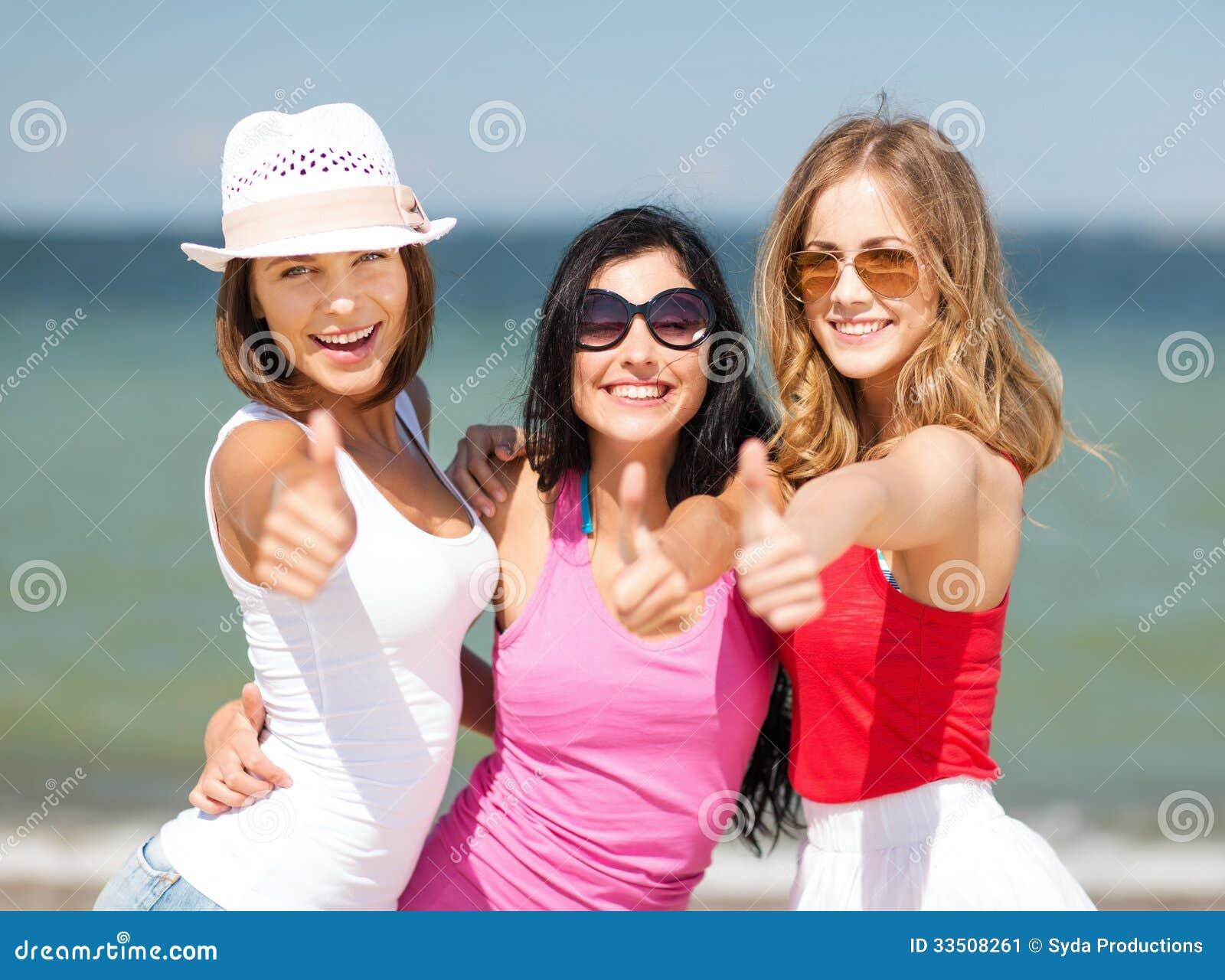 groupe de filles refroidissant sur la plage image stock image du c l bration chapeau 33508261. Black Bedroom Furniture Sets. Home Design Ideas