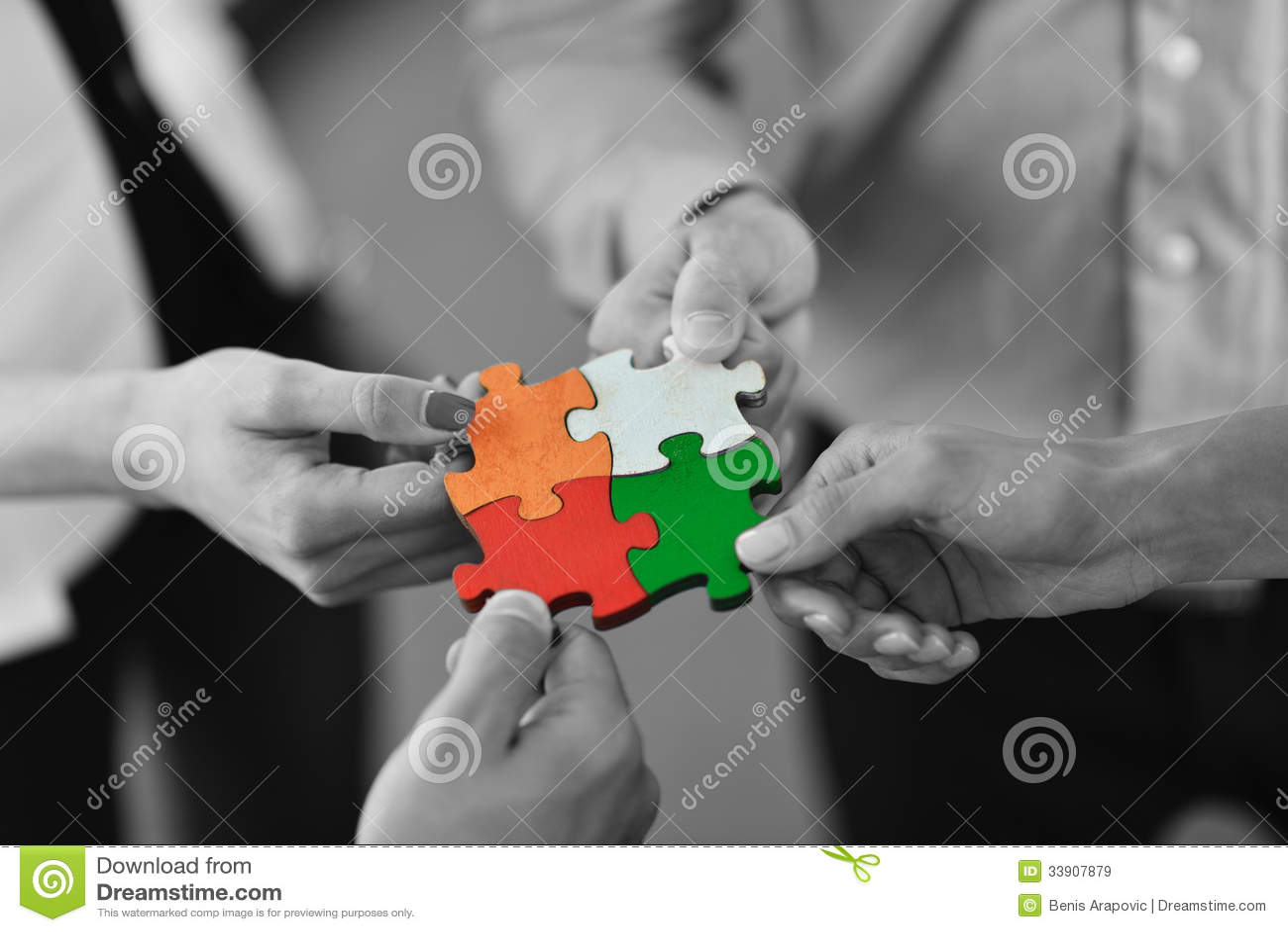 Groupe de gens d affaires assemblant le puzzle denteux