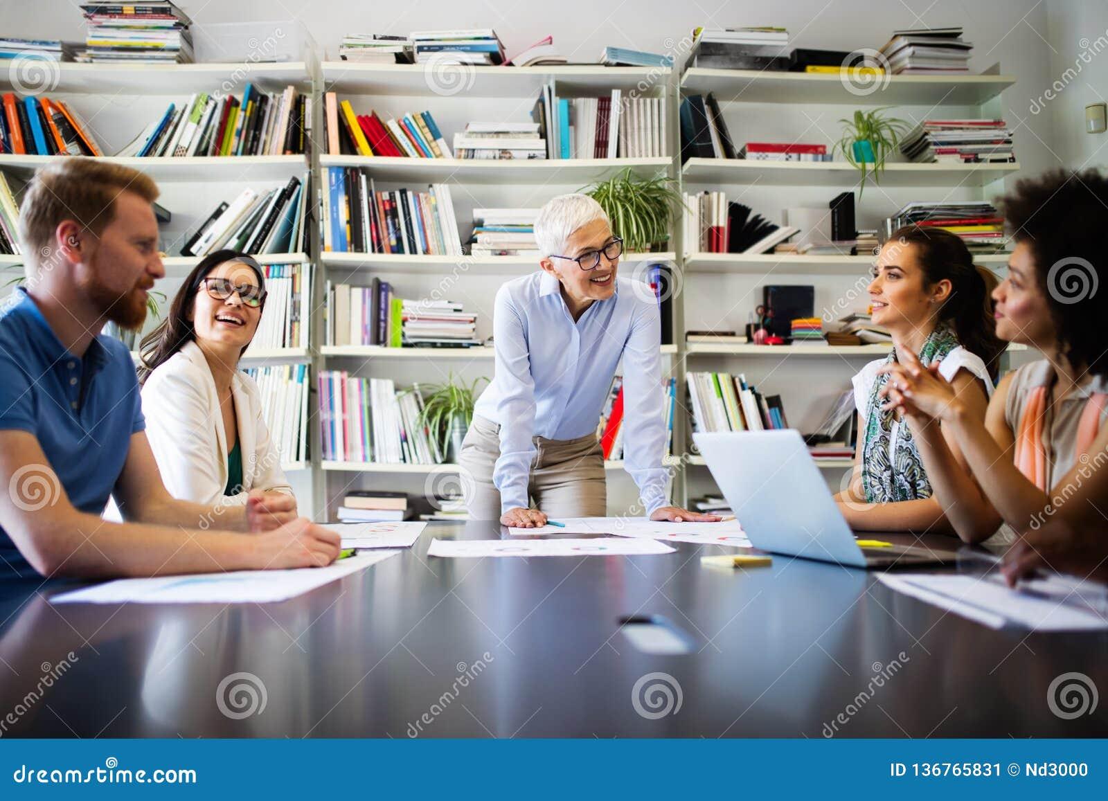 Groupe de gens d affaires collaborant sur le projet dans le bureau