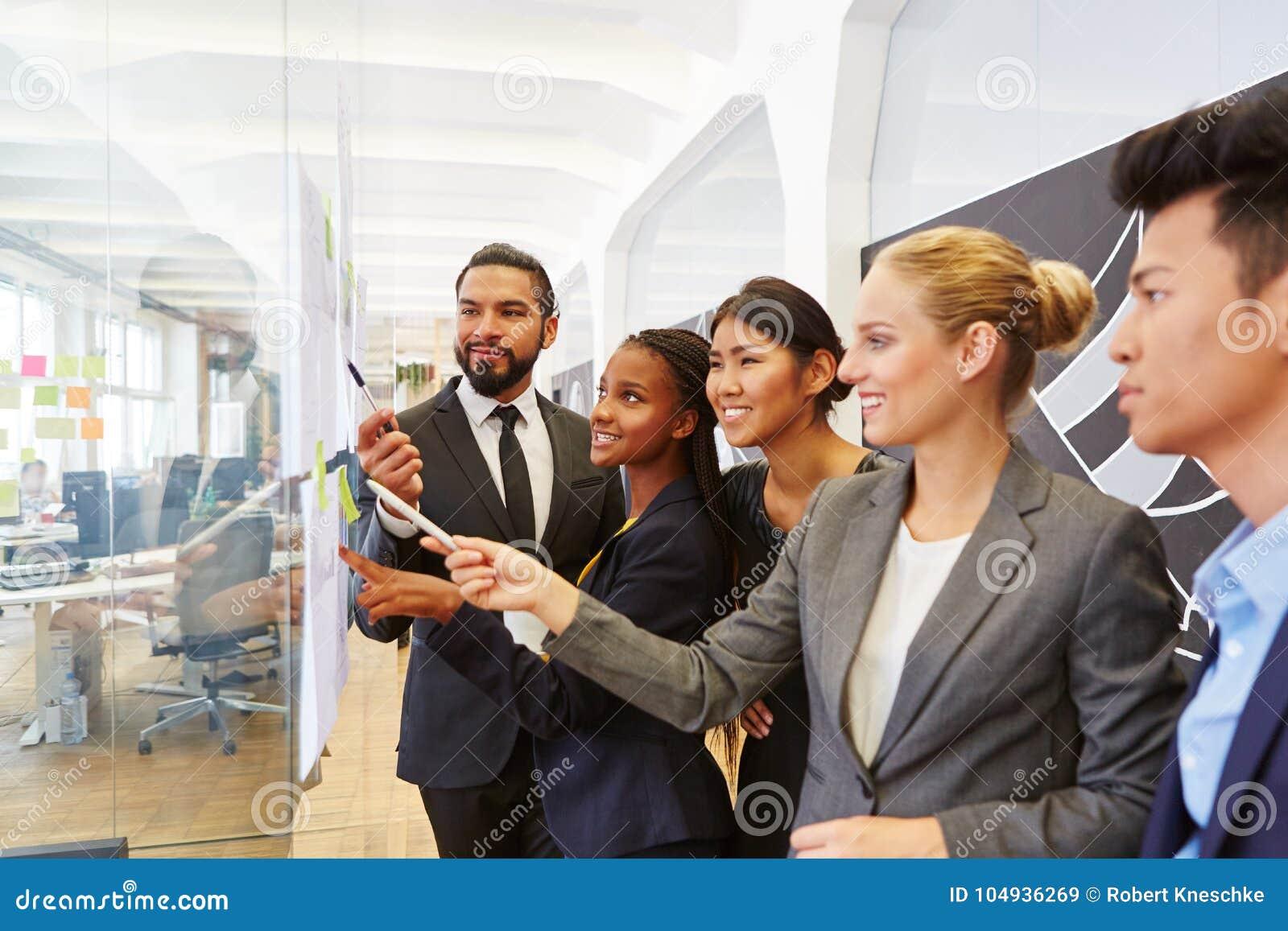 Groupe de gens d affaires dans l atelier de consultation