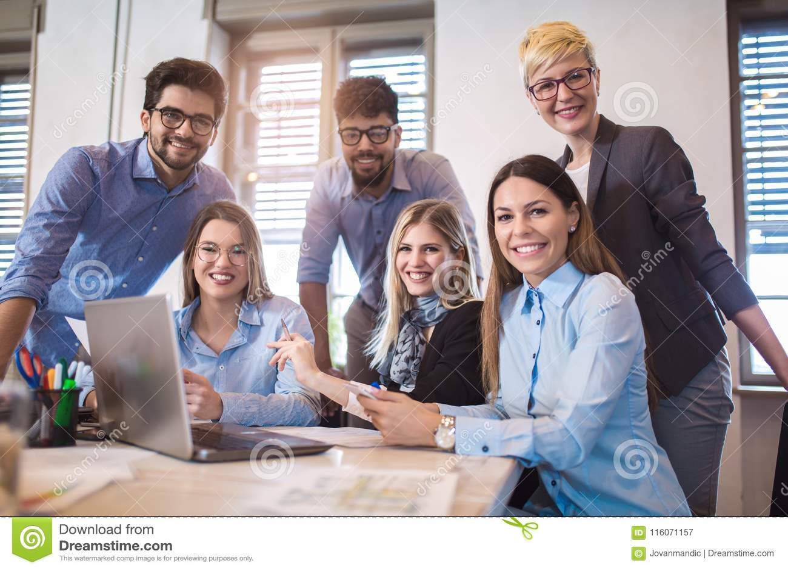 Groupe de gens d affaires dans la tenue de détente futée fonctionnant ensemble