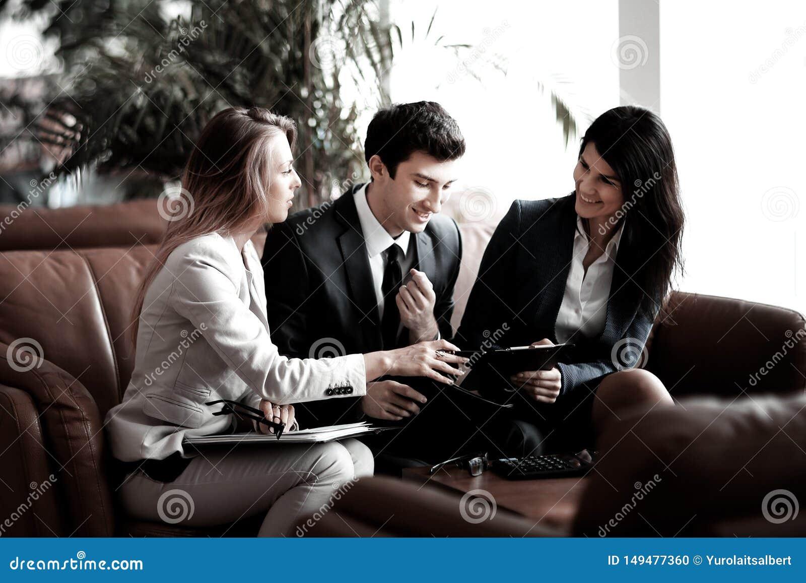 Groupe de gens d affaires discutant le document dans le hall de banque
