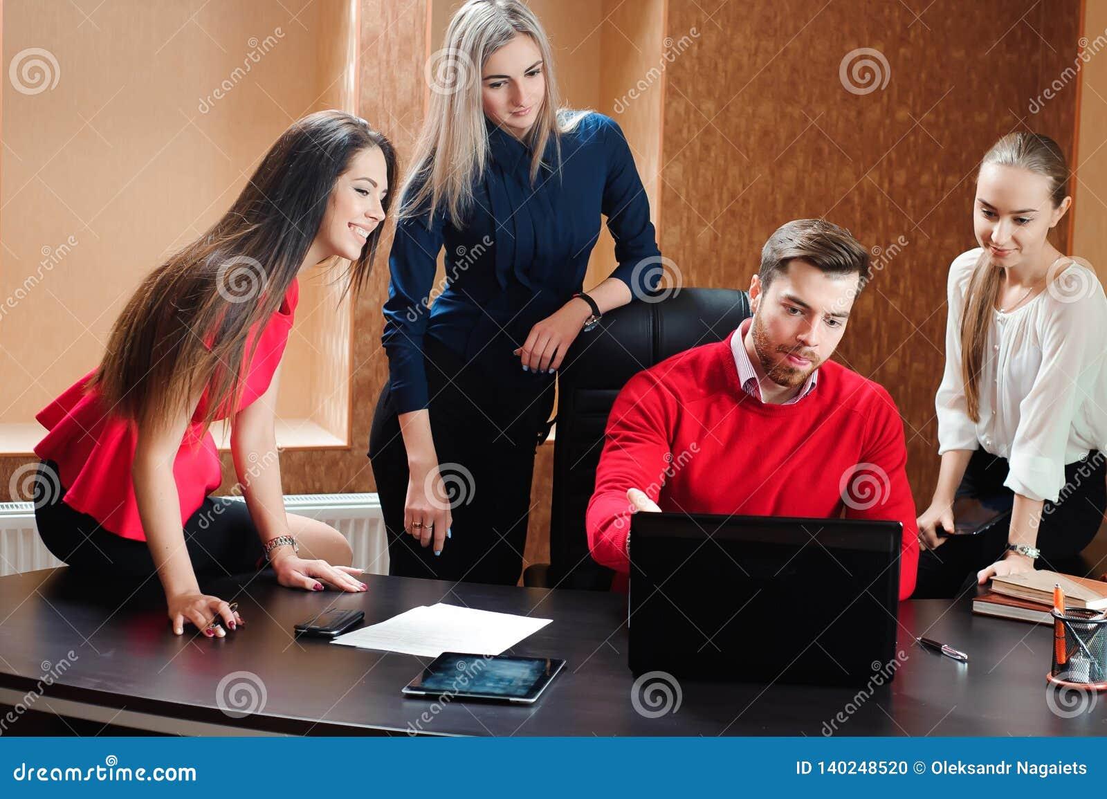 Groupe de gens d affaires inspirés de sourire travaillant ensemble dans le bureau