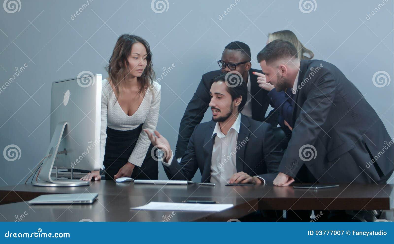 Groupe de gens d affaires multiraciaux autour de la table de conférence regardant l ordinateur portable et parlant à une une autr