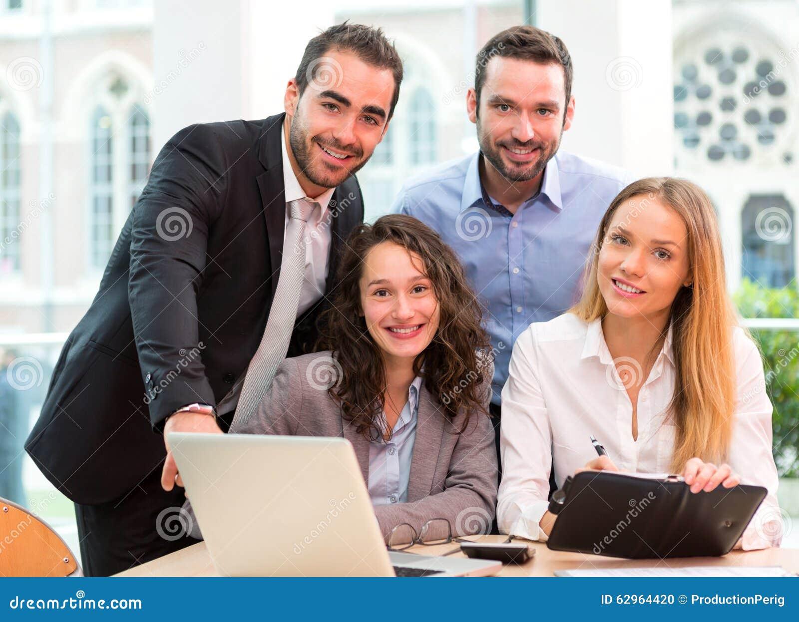 Groupe de gens d affaires travaillant ensemble au bureau