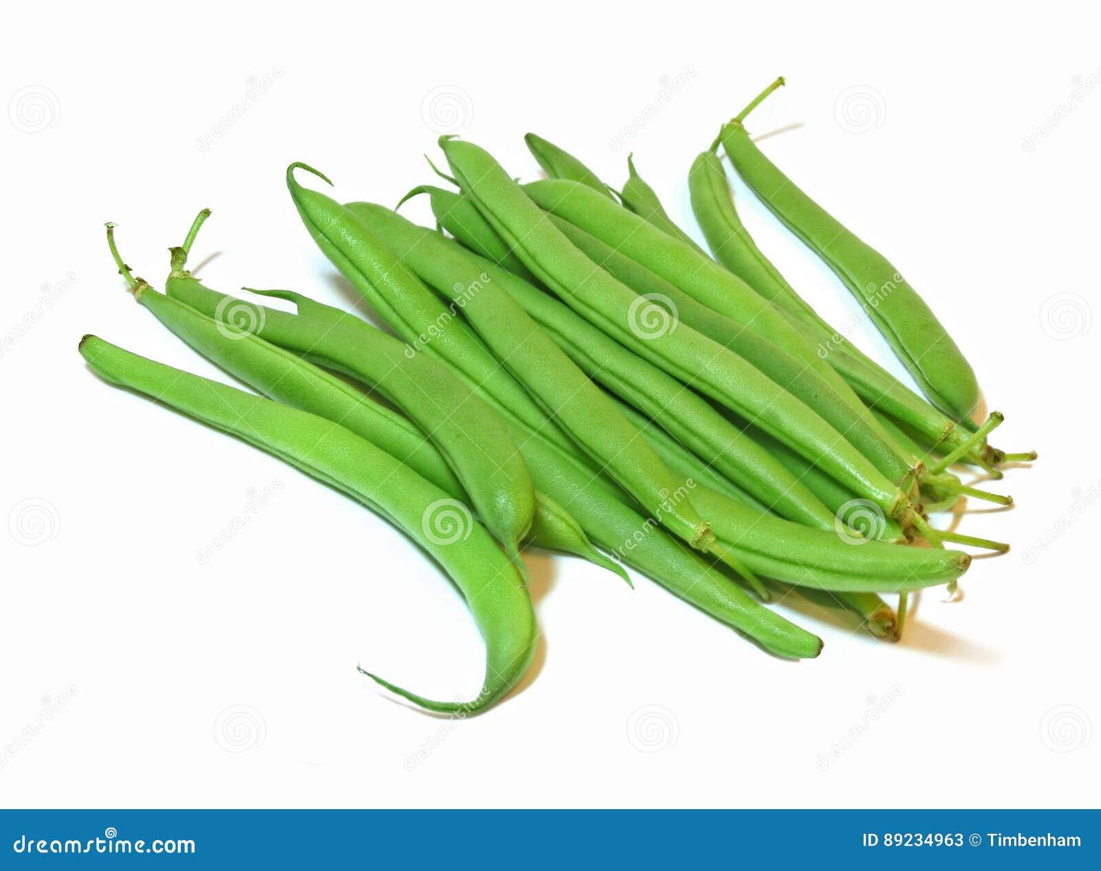 Groupe de haricots verts frais d isolement sur un fond blanc