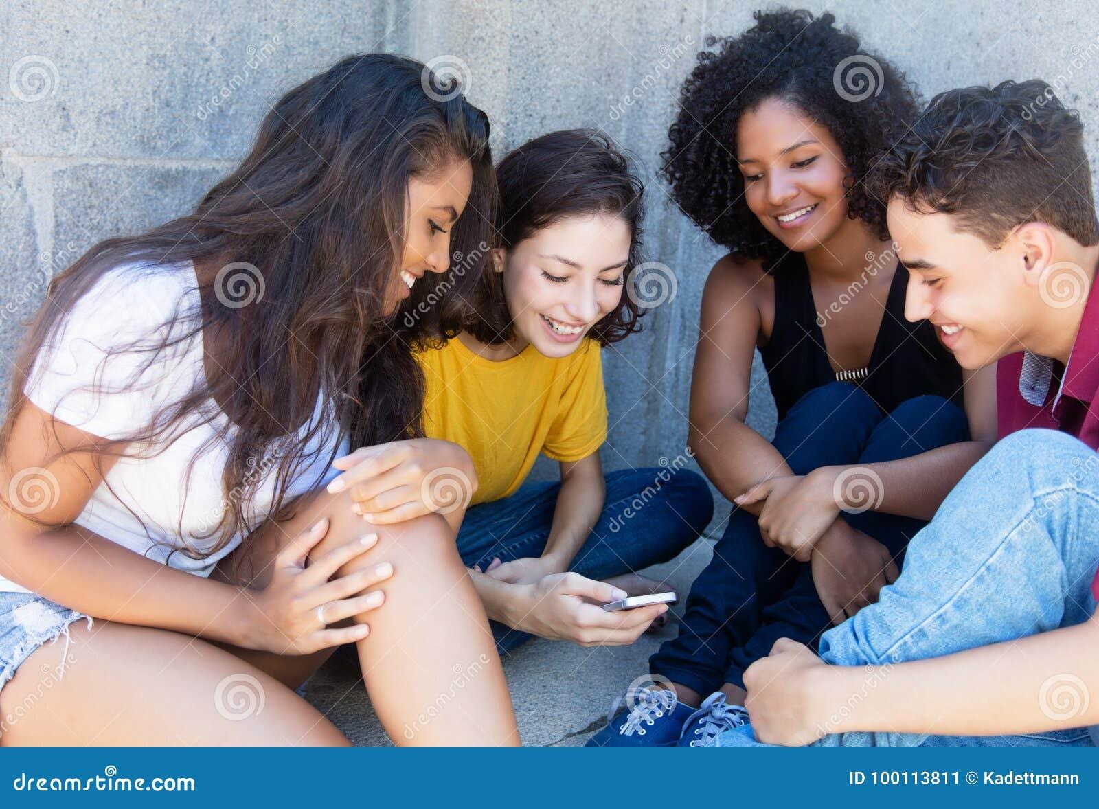 Groupe de jeune jeu jouant adulte international avec l APP mobile