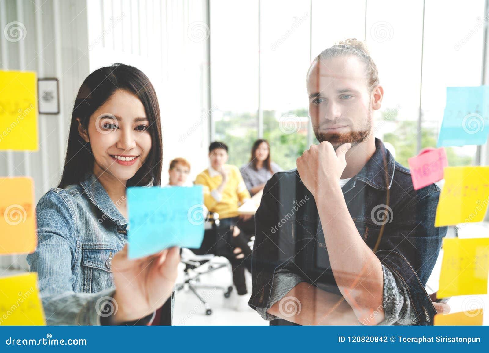 Groupe de jeune sourire multi-ethnique créatif réussi d équipe et échange d idées sur le projet ensemble dans le bureau moderne C