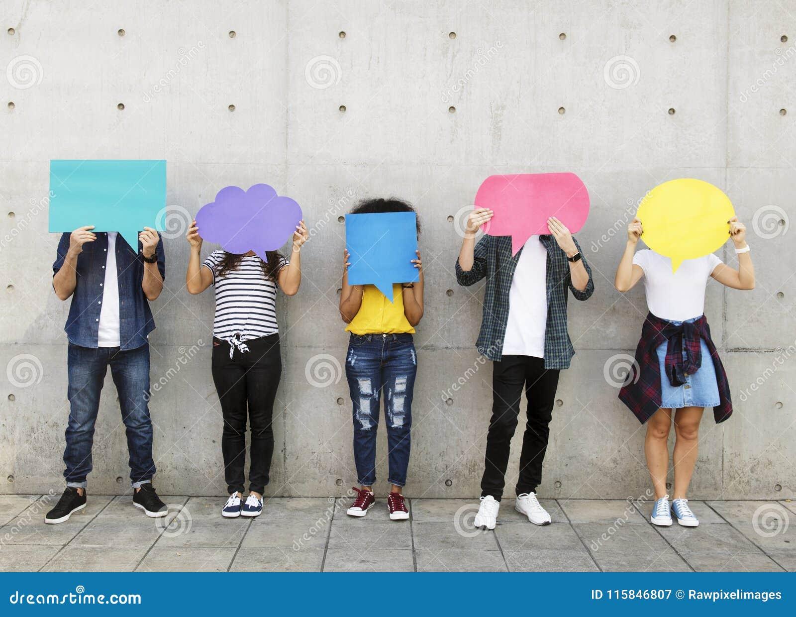 Groupe de jeunes adultes tenant dehors la plaquette vide