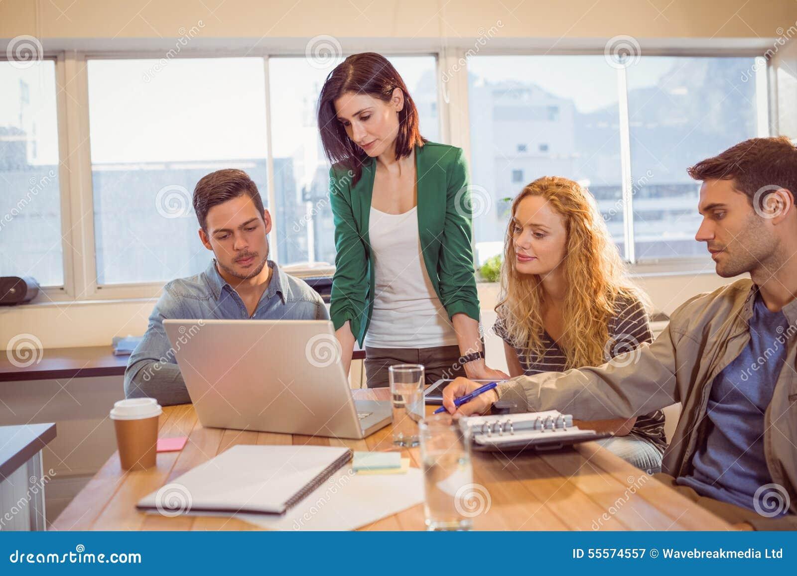 Groupe de jeunes collègues à l aide de l ordinateur portable