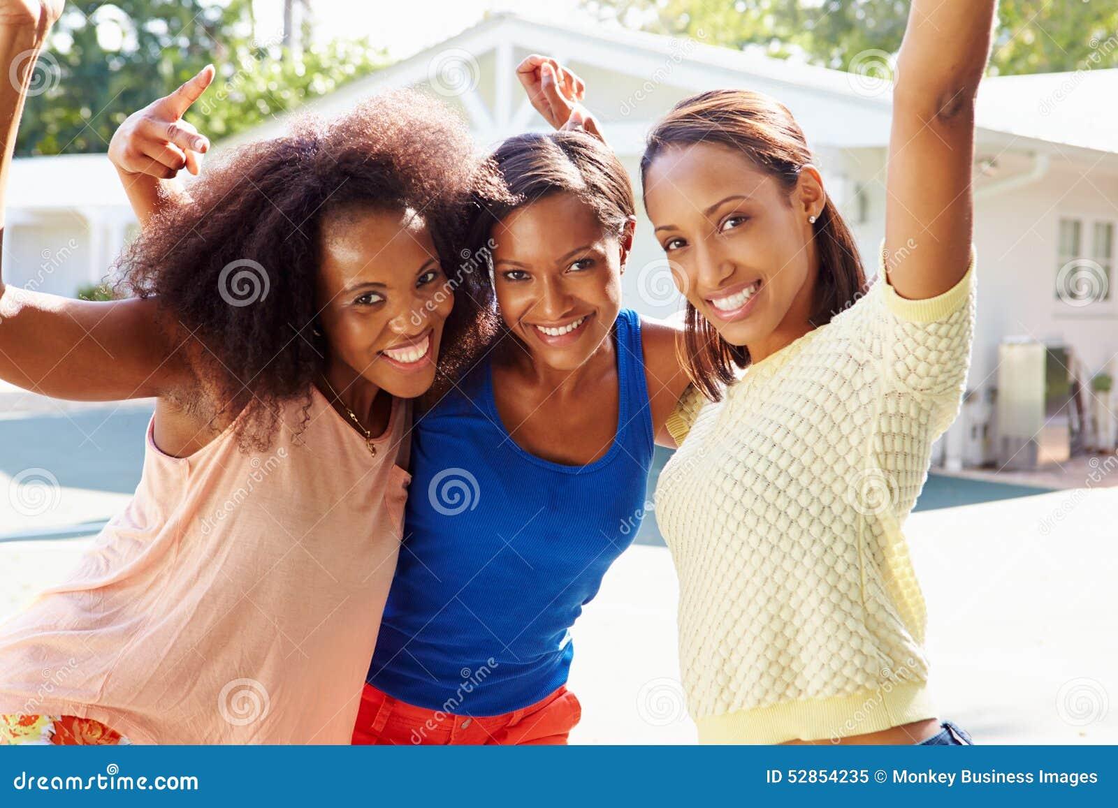 Groupe de jeunes femmes encourageant au match de basket