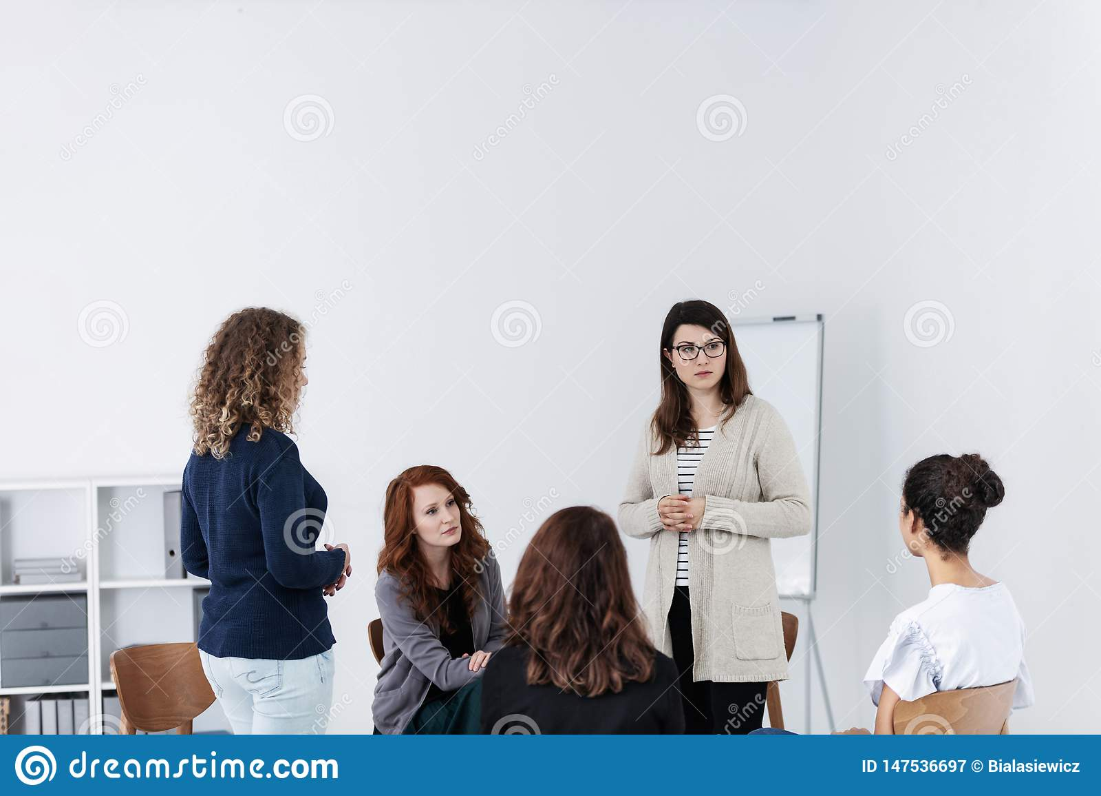 Groupe de jeunes femmes parlant la s?ance en cercle Concept psychologique de soutien