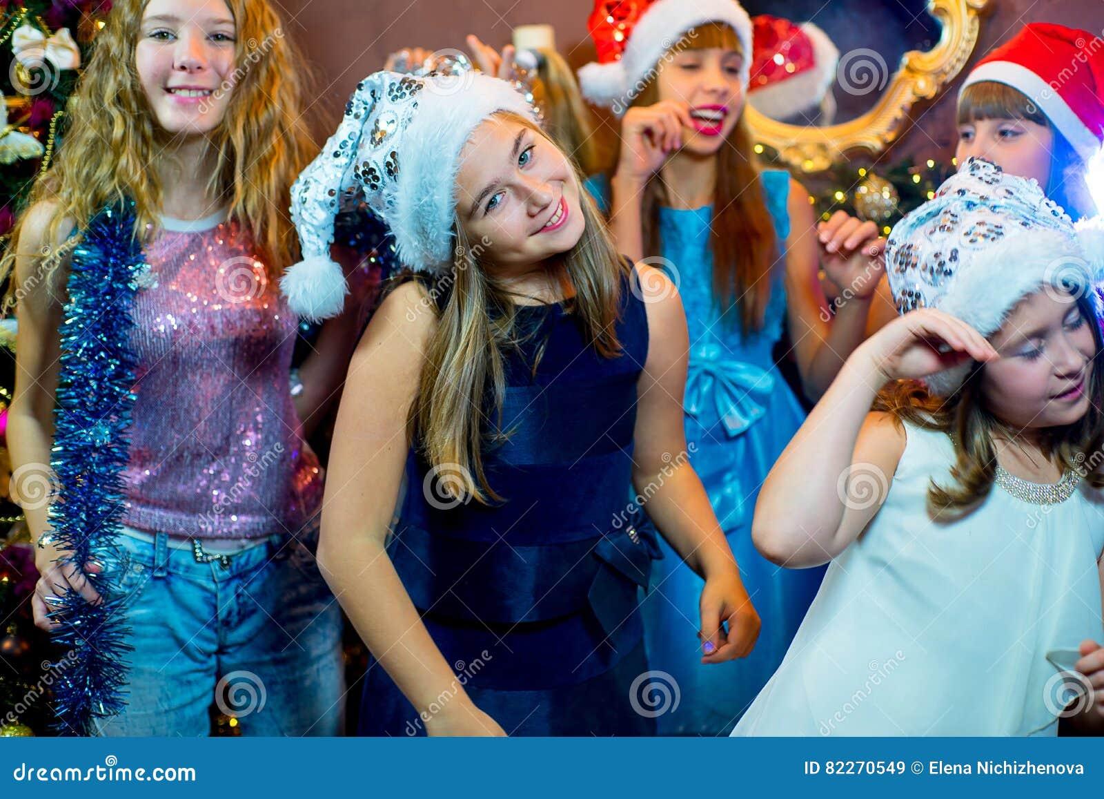 Groupe de jeunes filles gaies célébrant Noël