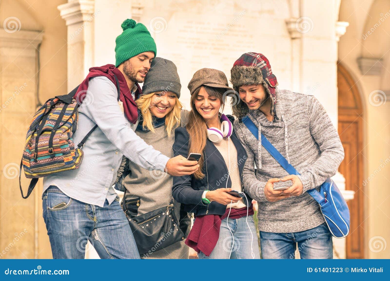"""Résultat de recherche d'images pour """"jeune avec smartphone"""""""