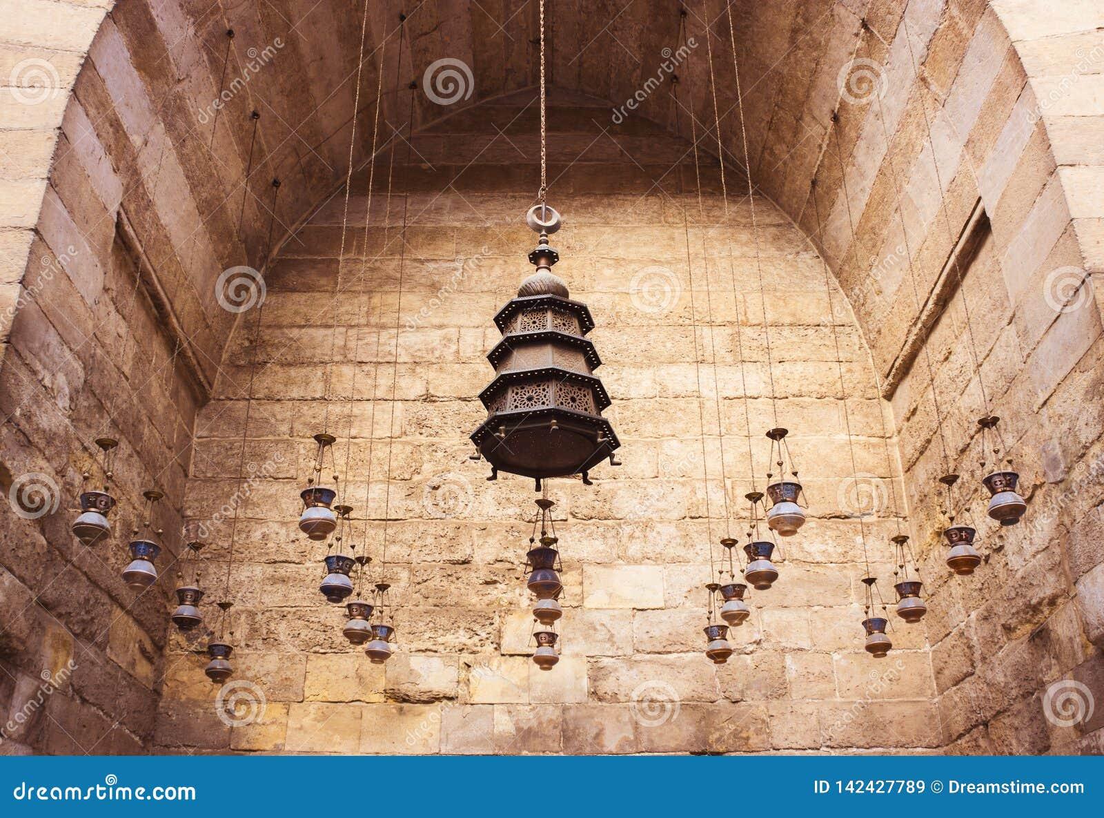 Groupe de lanternes pendant du plafond dans de vieilles mosquées