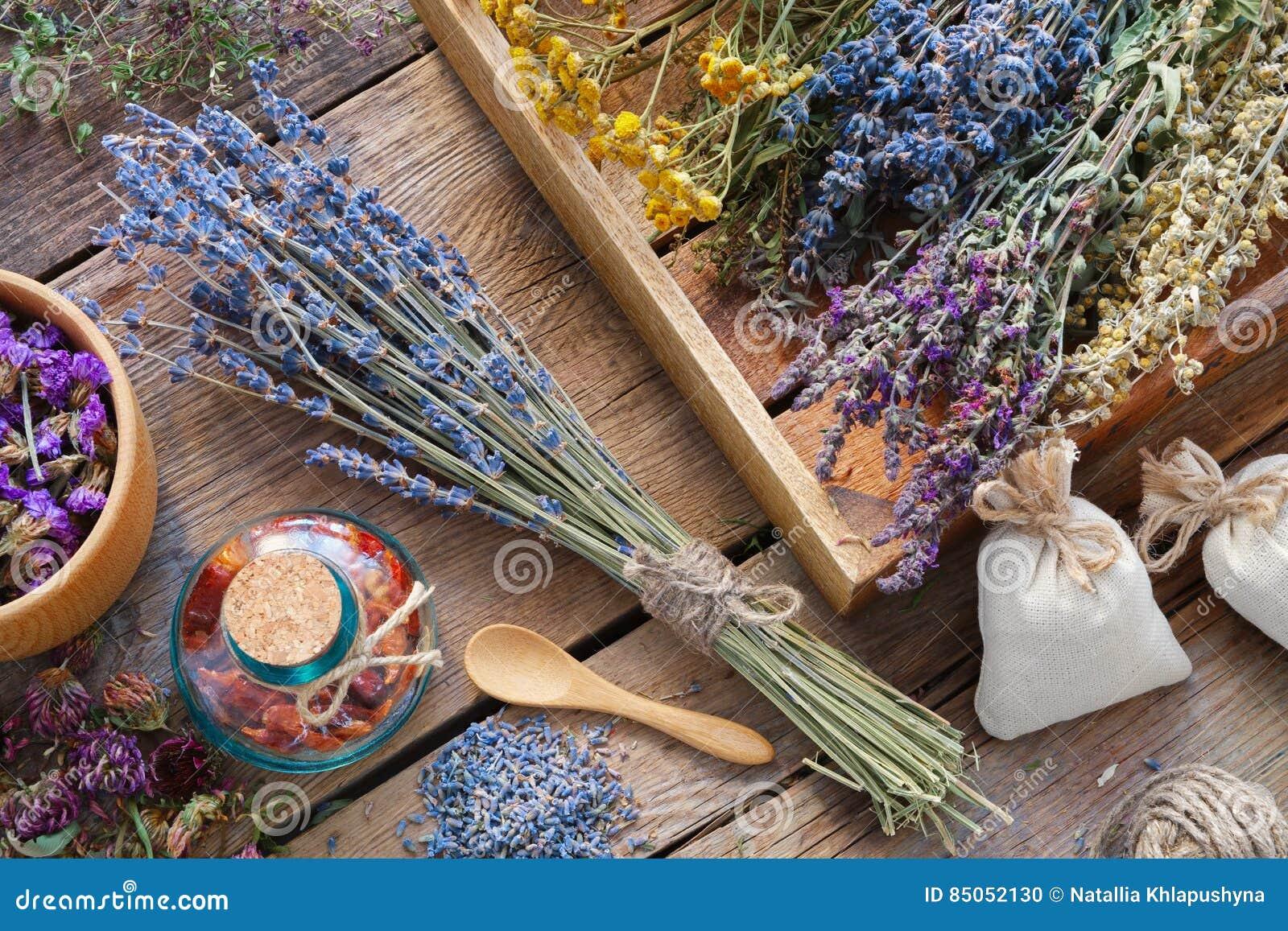 Groupe de lavande et d herbes médicinales, mortier des fleurs sèches