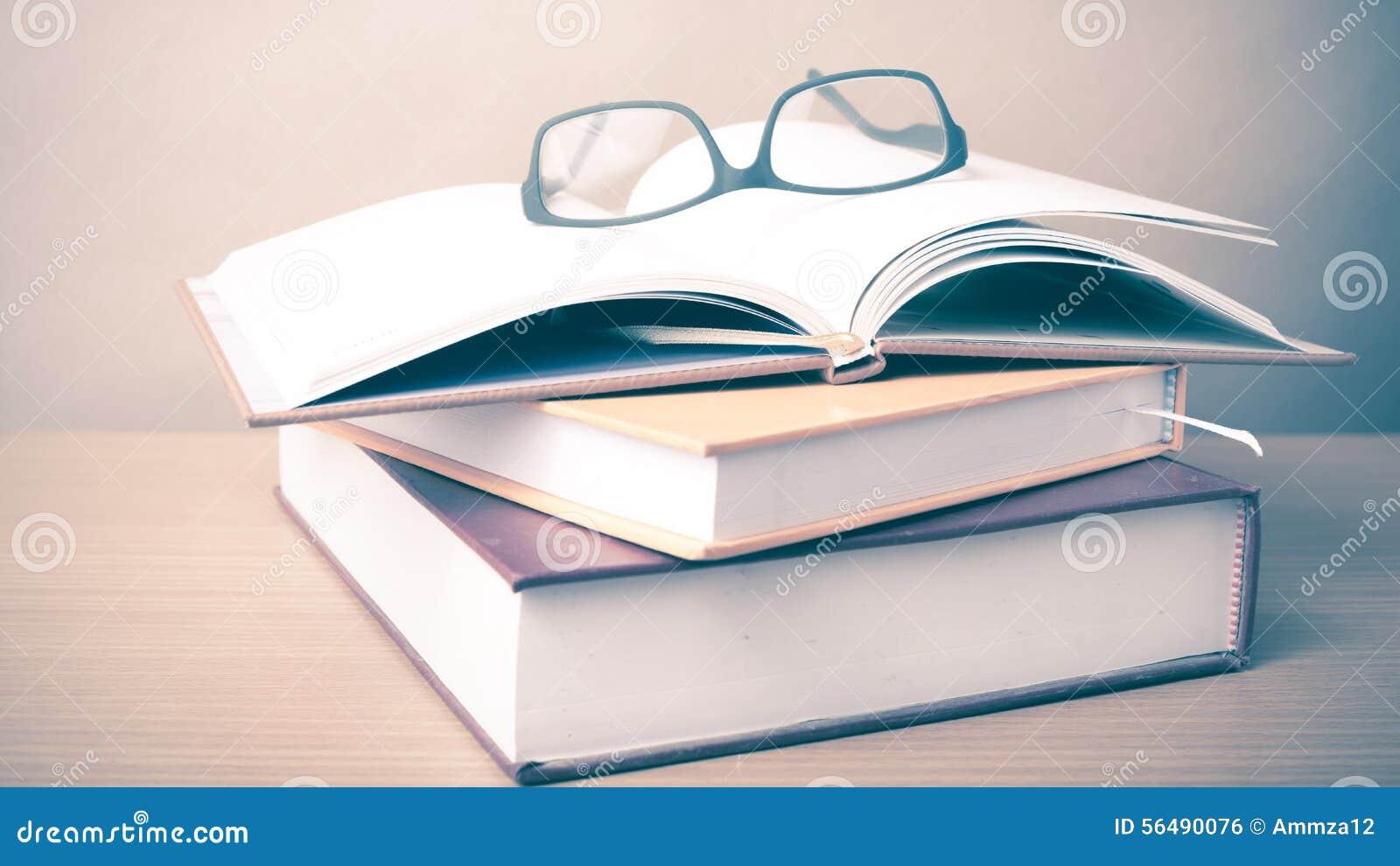 Groupe de livre et de lunettes