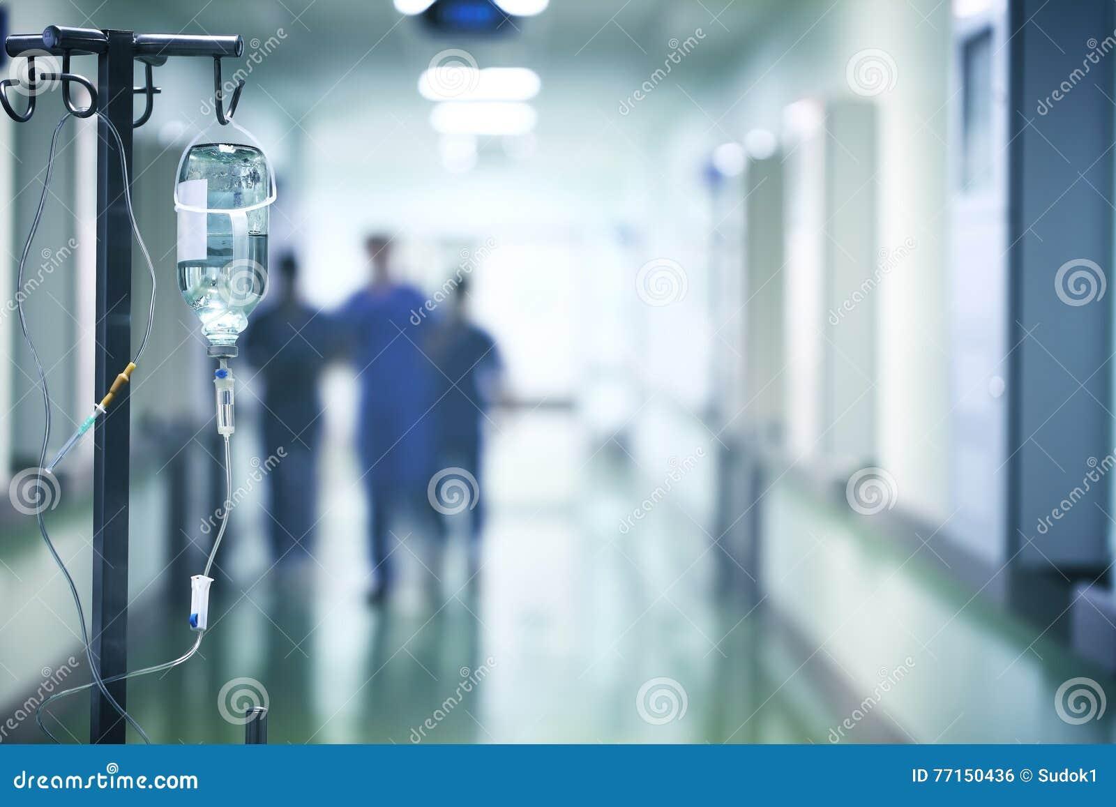 Groupe de médecins pressé en bas du couloir d hôpital