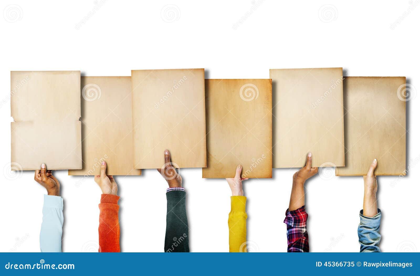 Groupe de mains diverses tenant de vieux papiers