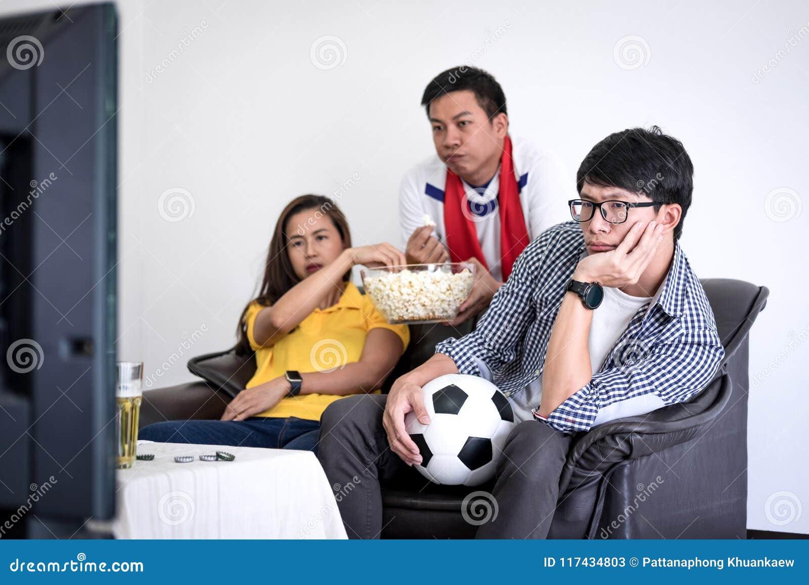Groupe de match de football de observation de fanclub d amis sur la TV et le cheerin