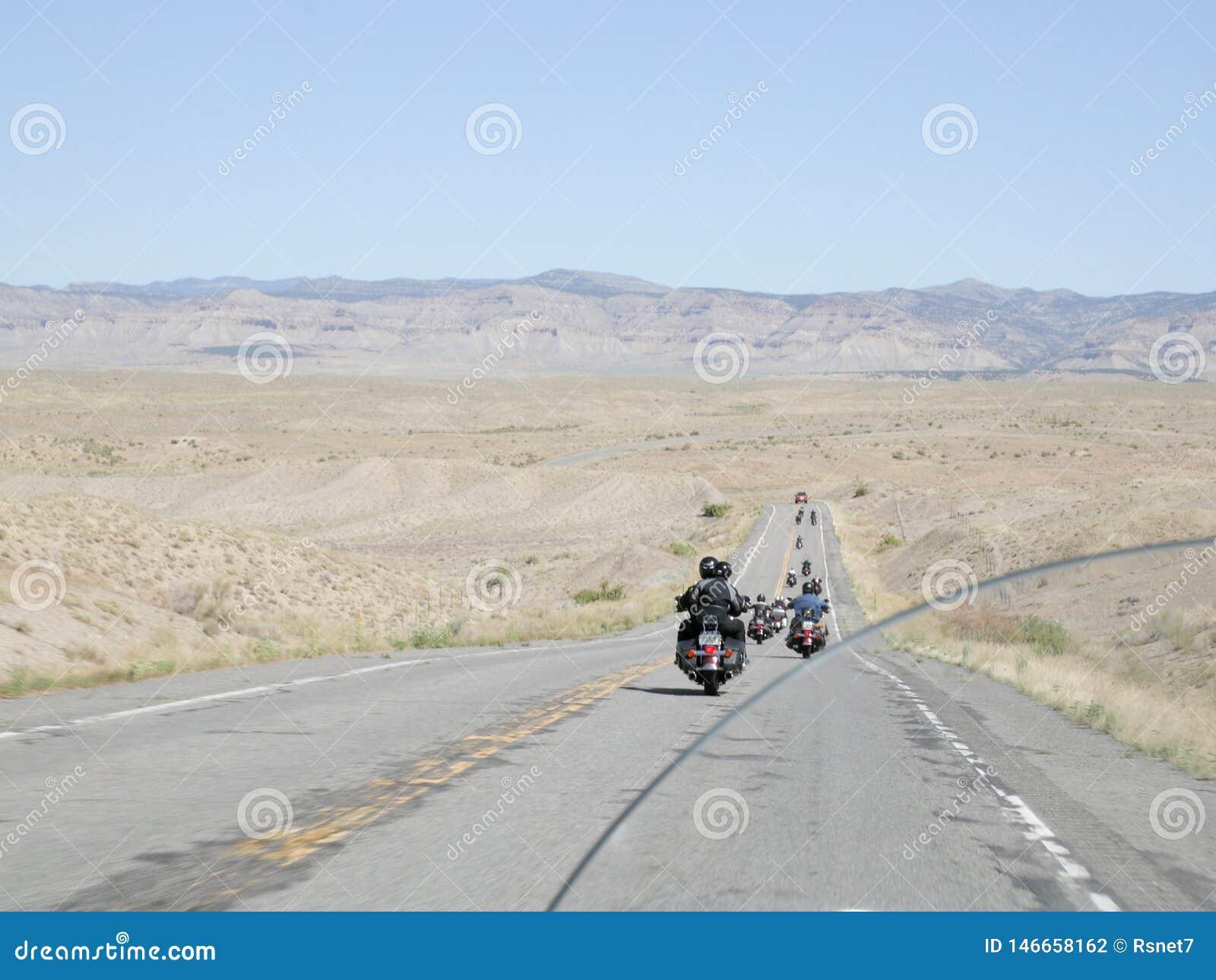 Groupe de moto sur une route isolée