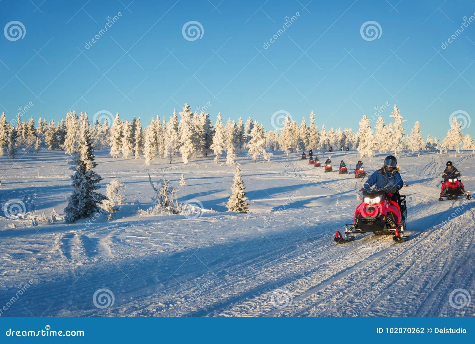 Groupe de motoneiges en Laponie, près de Saariselka Finlande