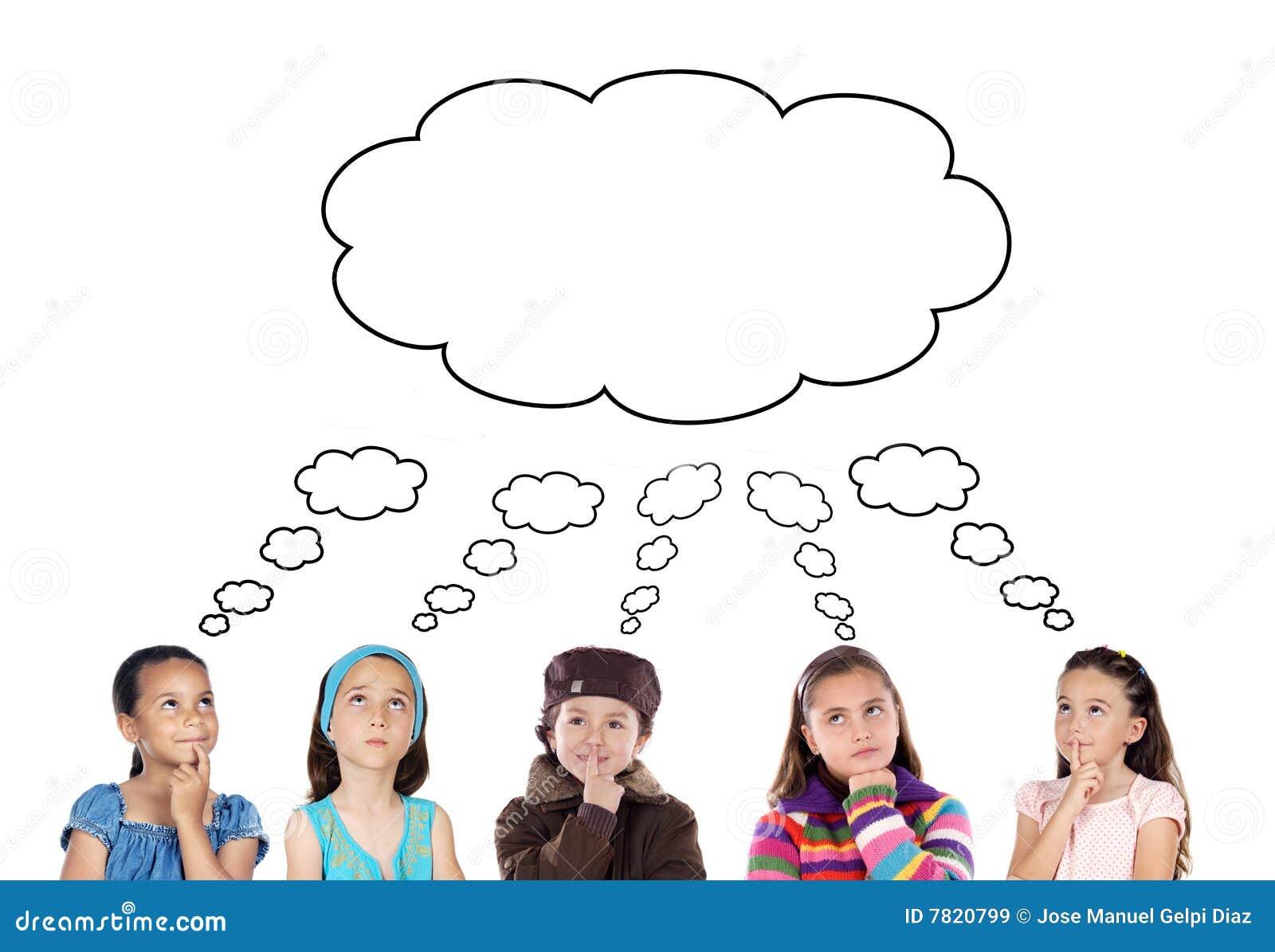 Groupe de penser de cinq enfants