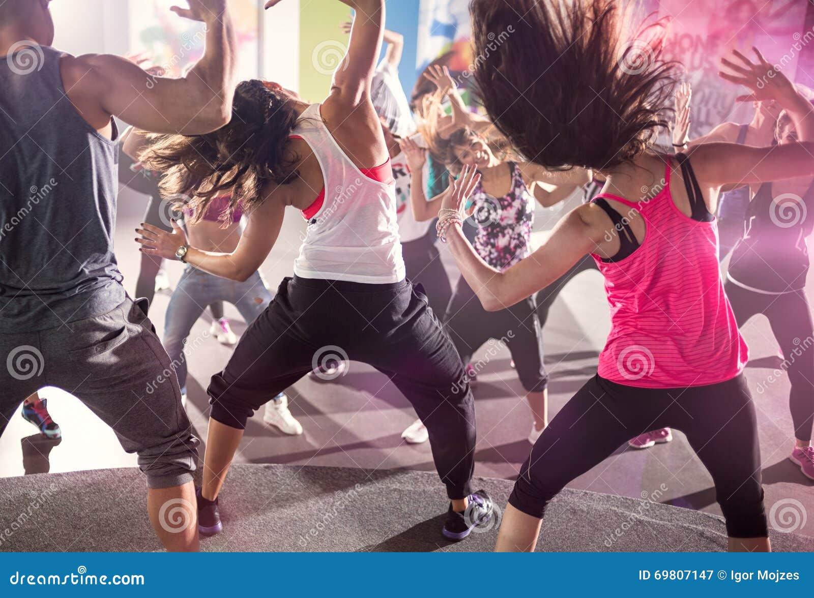 Groupe de personnes à la classe de danse urbaine