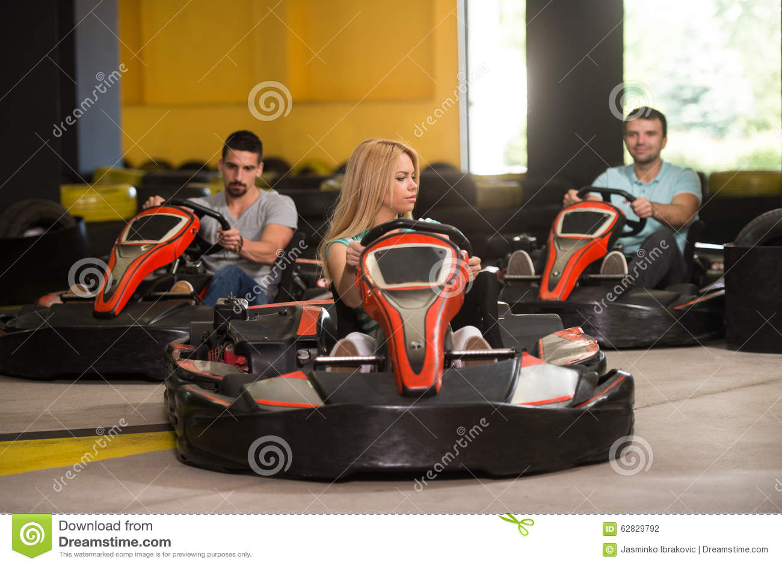 Groupe de personnes conduisant la course de Karting de kart