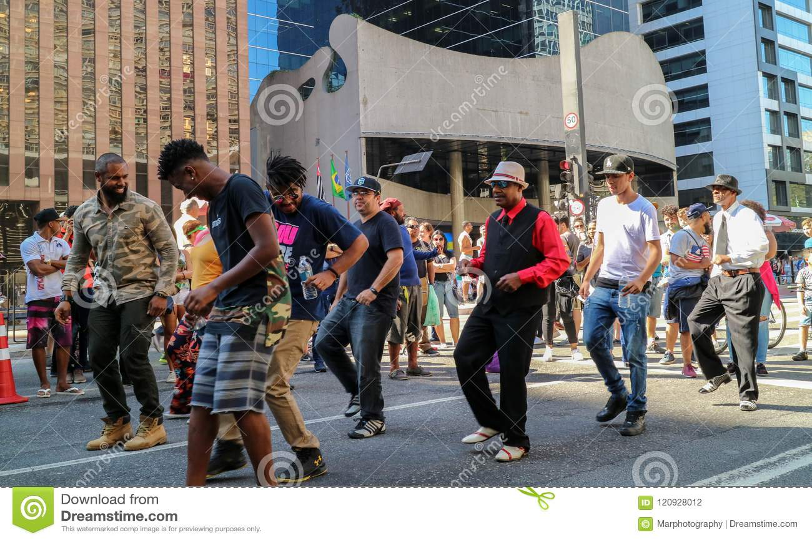 Groupe de personnes dansant ensemble à la rue