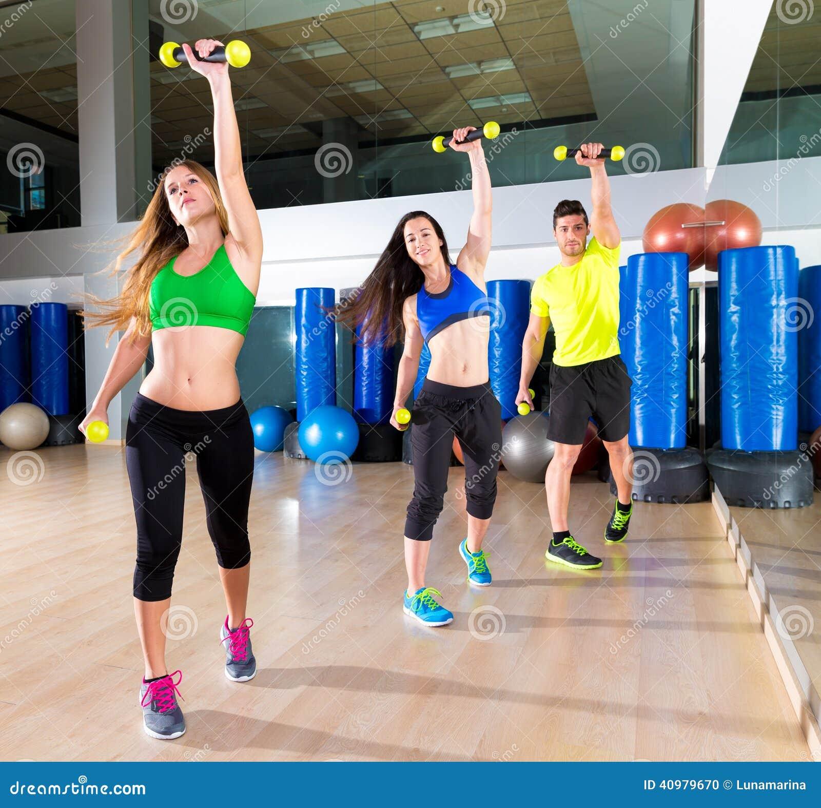 Groupe de personnes de danse de Zumba cardio- au gymnase de forme physique