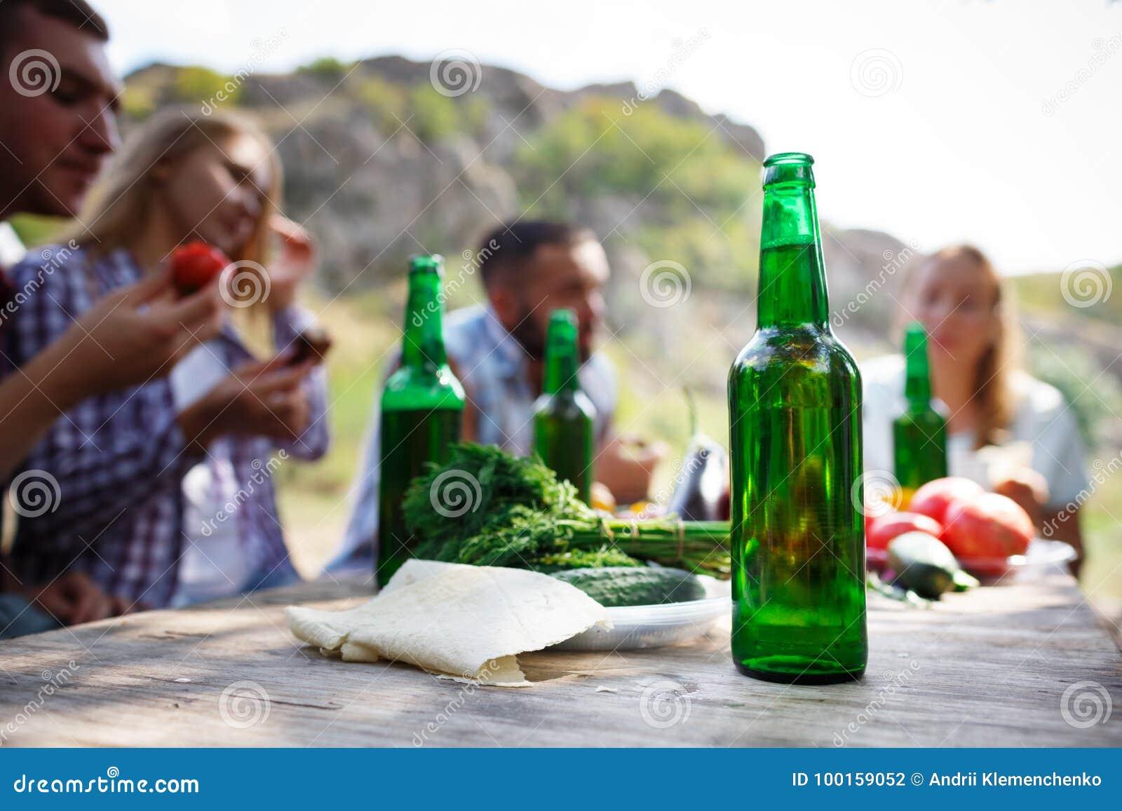 Groupe de personnes dinant le concept d unité Les meilleurs amis boivent de la bière savoureuse sur un pique-nique d été