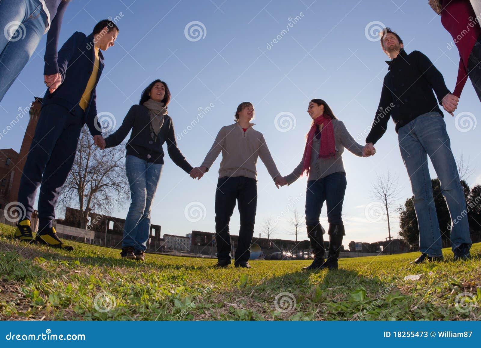 Groupe de personnes en cercle