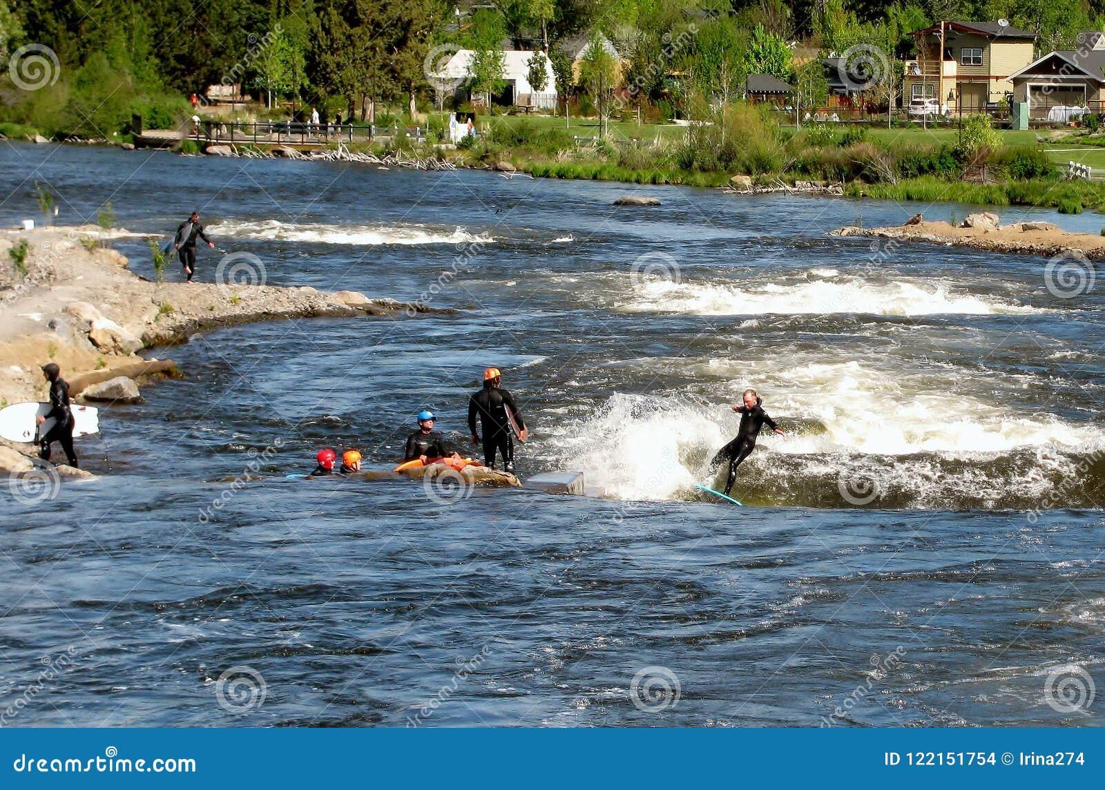 Groupe de personnes la rivière surfant en parc de whitewater Courbure, Orégon, Etats-Unis