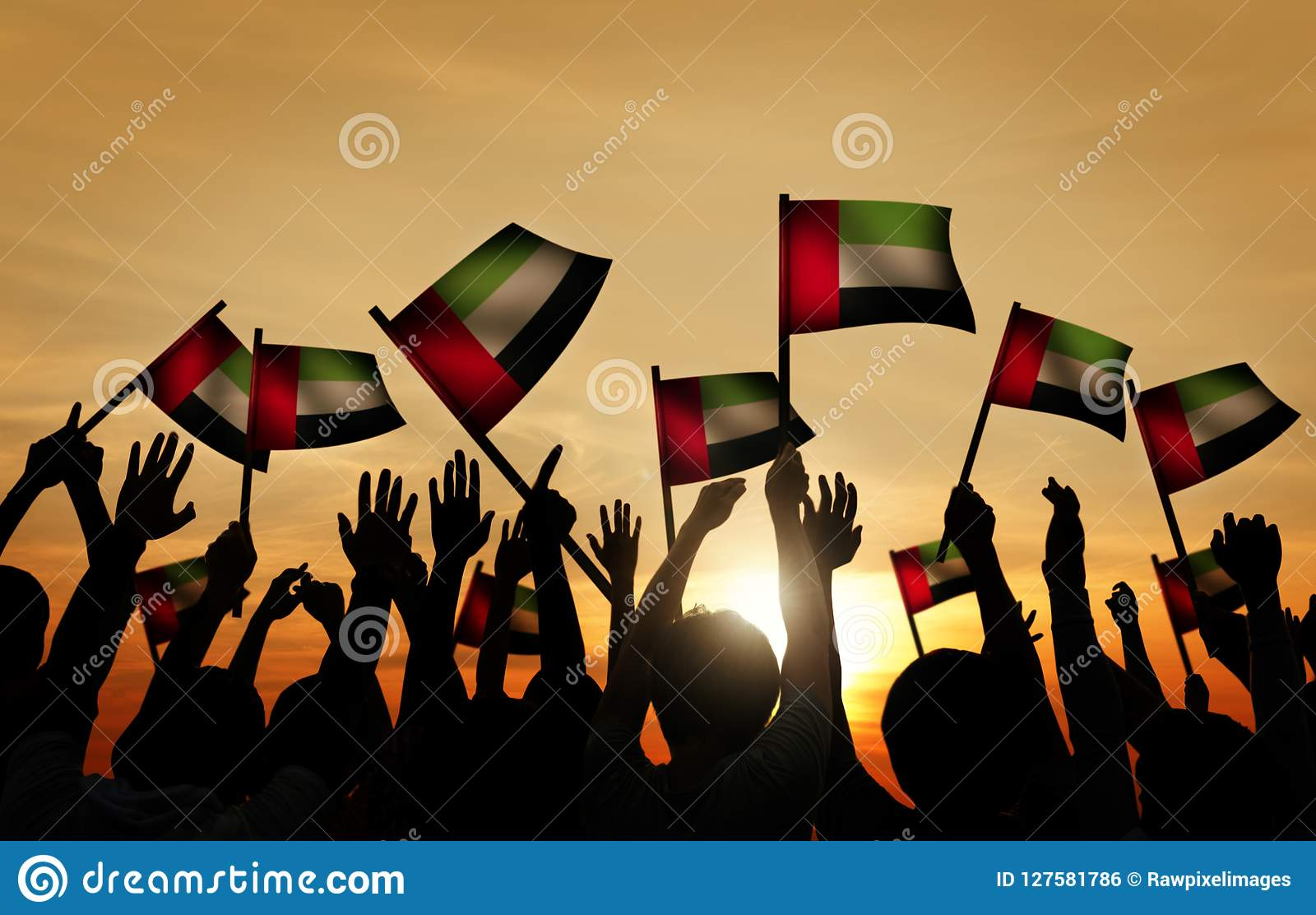 Groupe de personnes le drapeau de ondulation des EAU dans le Lit arrière