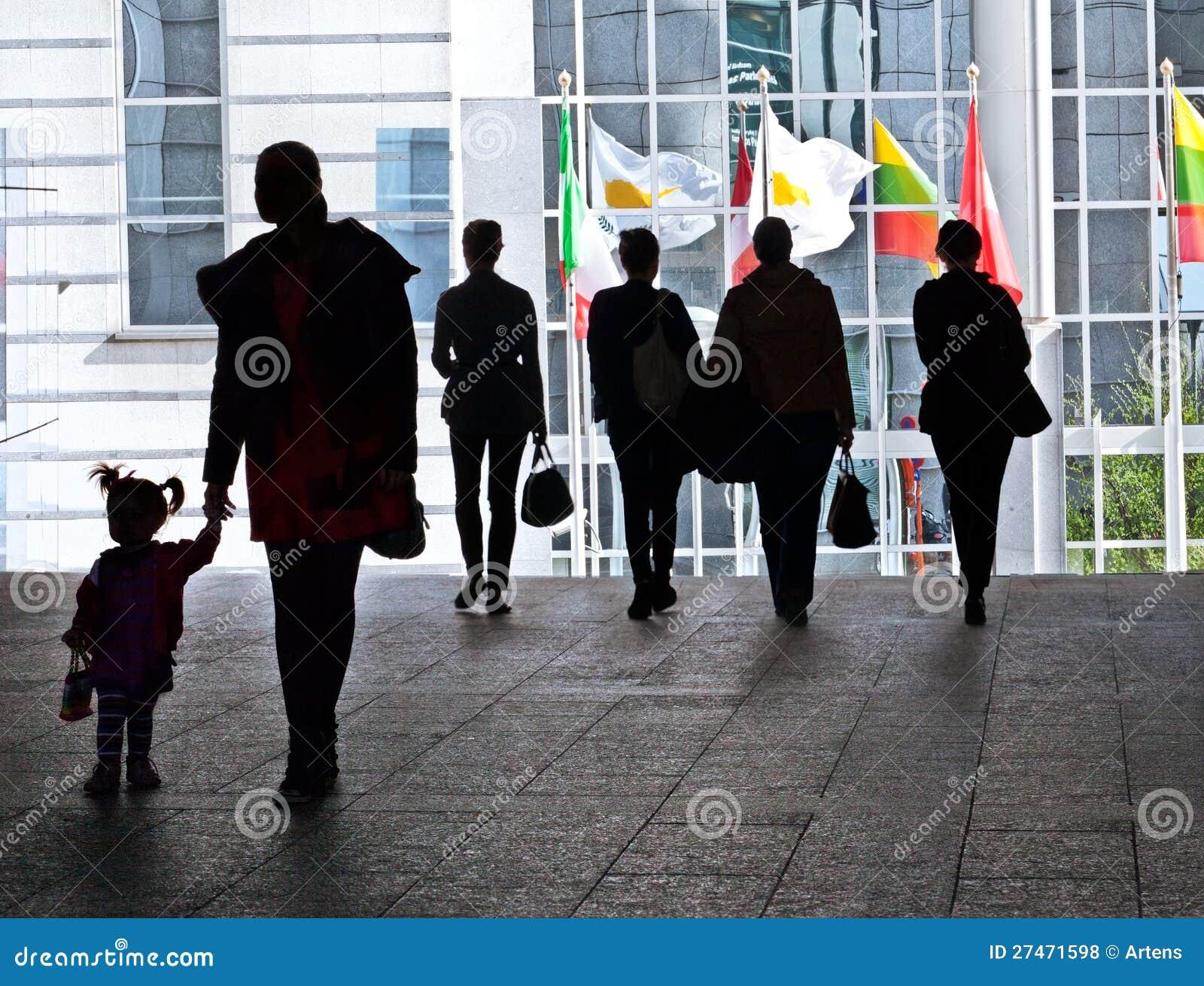 Groupe de personnes marche. Silhouettes.