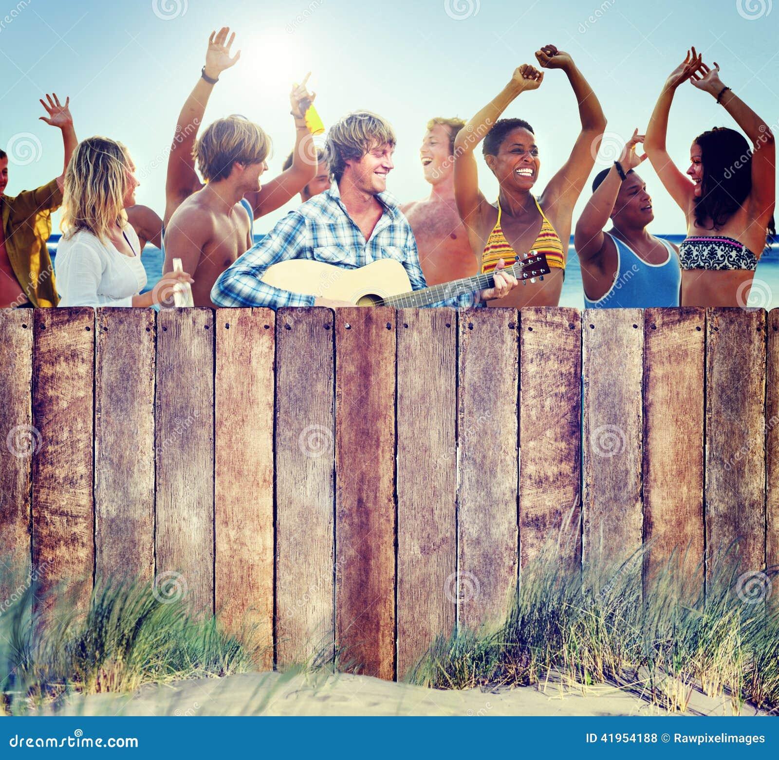 Groupe de personnes multi-ethnique faisant la fête dehors