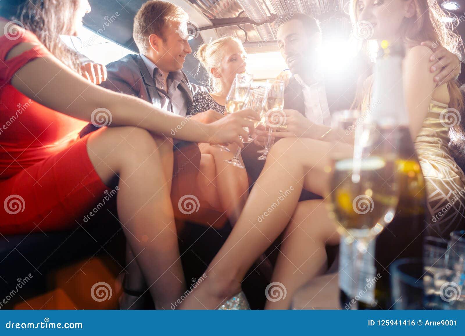 Groupe de personnes de partie dans un boire de limousine