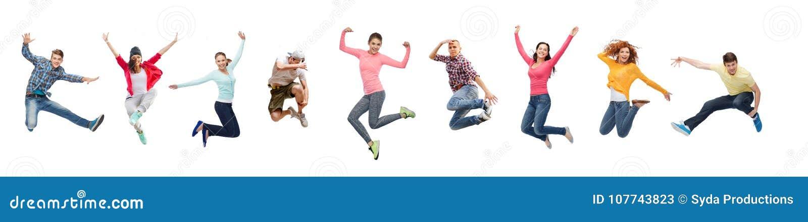 Groupe de personnes sauter ou d adolescents