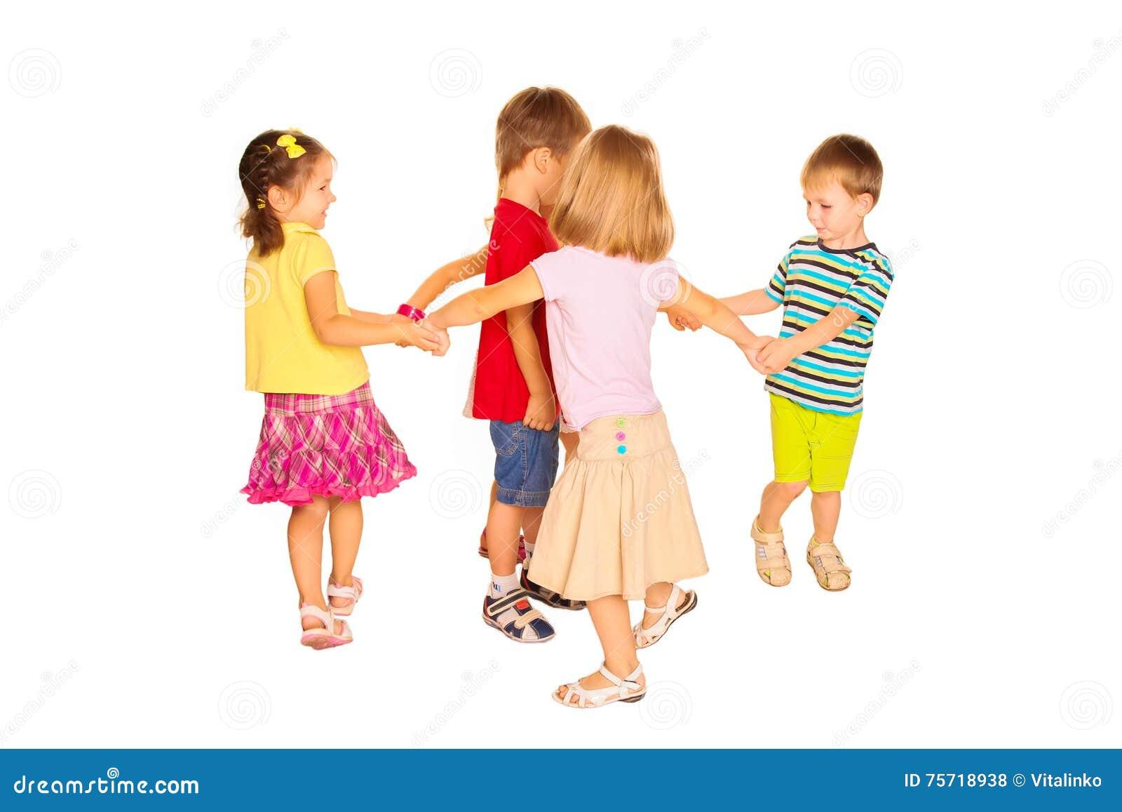 Groupe de petits enfants dansant, ayant l amusement