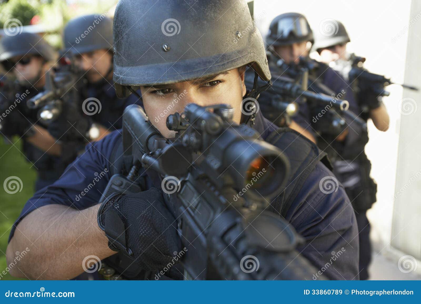 Groupe de policiers visant avec des armes à feu